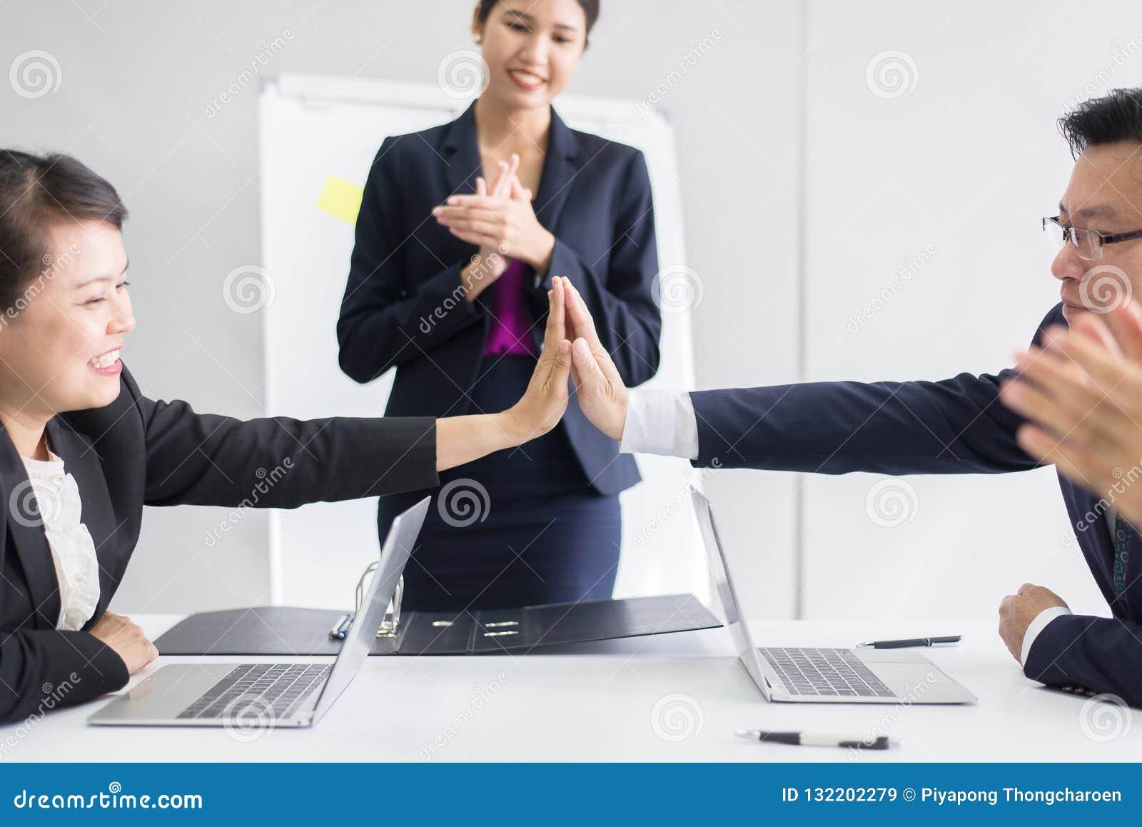 Grupa azjatykci ludzie biznesu wręcza klaskać po spotykać w pokoju, Drużynowa sukces prezentacja i trenować przy biurem konwersat