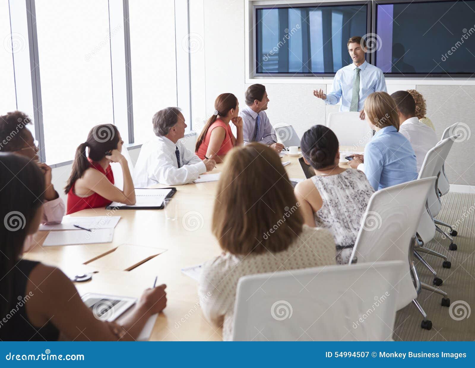 Grupa biznesmeni Spotyka Wokoło sala posiedzeń stołu