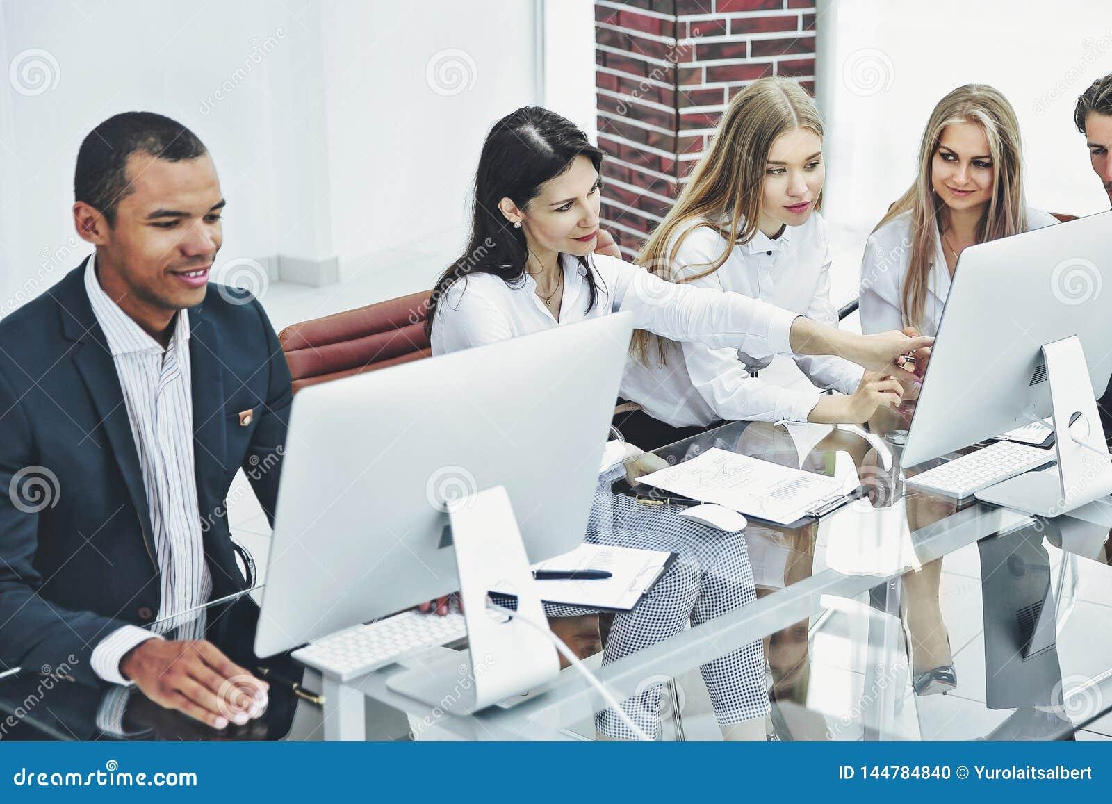 Grupa biznesowa dyskutuje nowego handlowego projekt