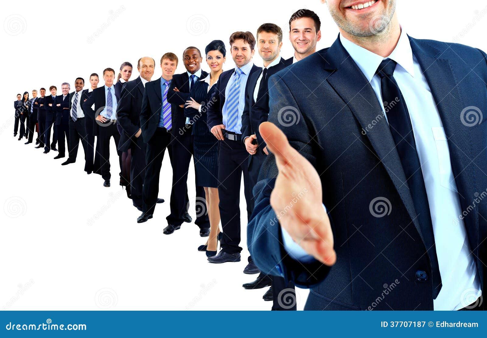 Grupa biznesowa z rzędu. lider z otwartą ręką