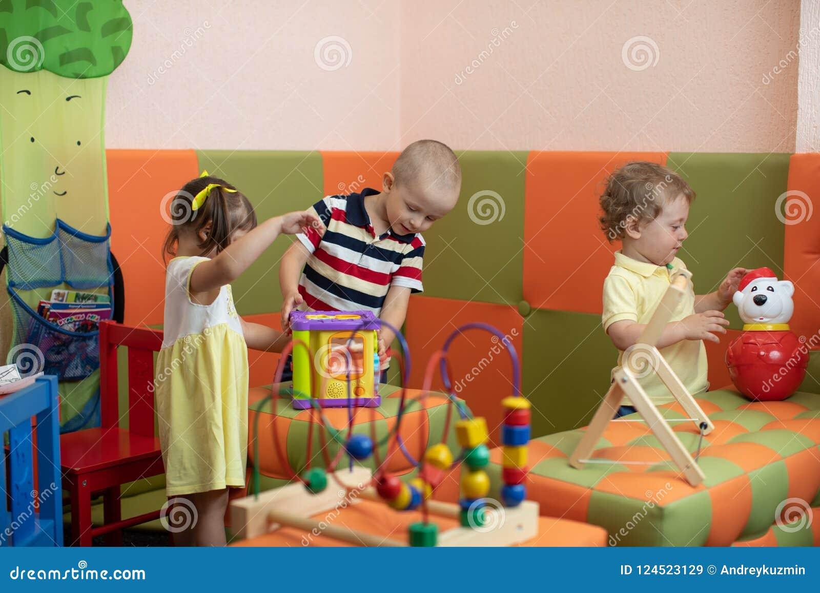 Grupa dzieci bawić się w dziecina lub daycare centre