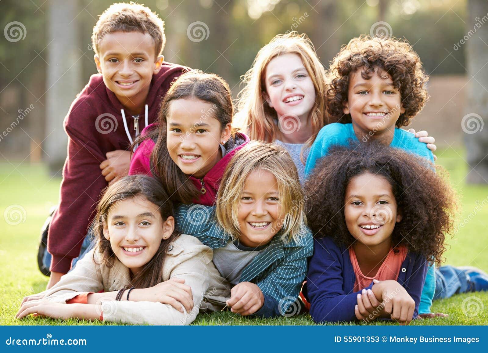 Grupa dzieci Kłama Na trawie W parku Wpólnie