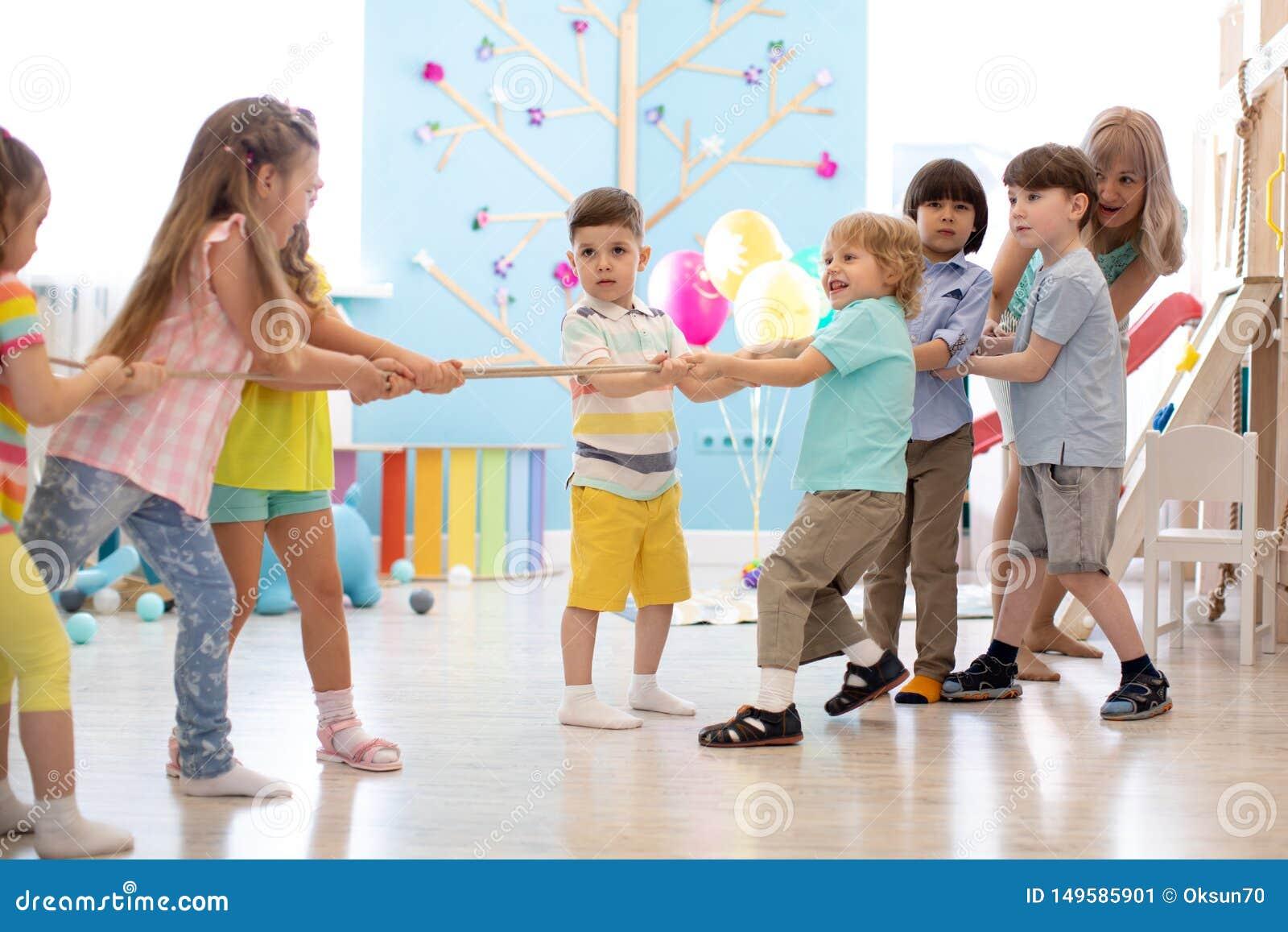 Grupa dzieci w ci?gni?cie konkursie w dziecinu