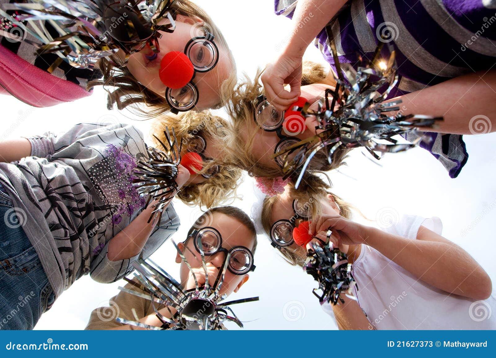 Grupa dzieciaki w błazenu kostiumu
