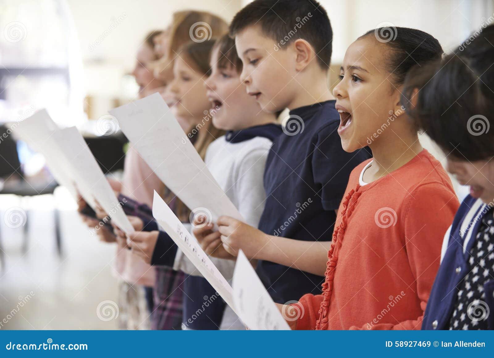 Grupa dziecko w wieku szkolnym Śpiewa W chorze Wpólnie