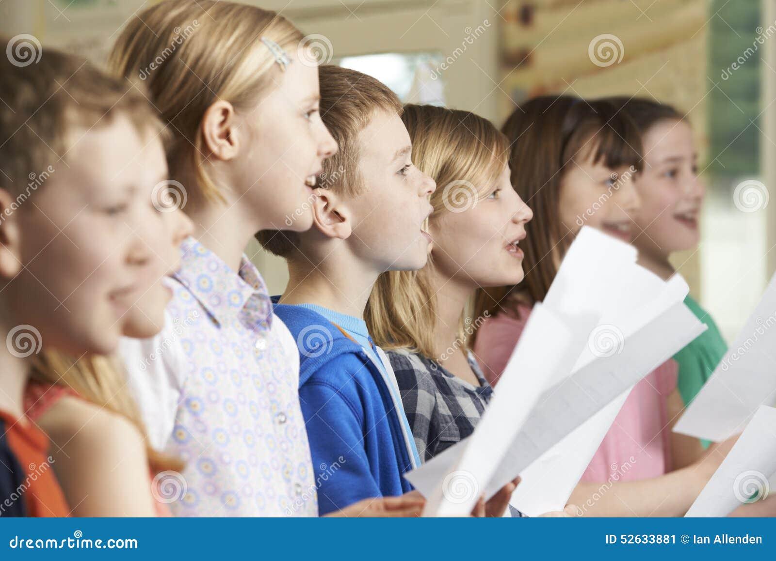 Grupa dziecko w wieku szkolnym Śpiewa W Szkolnym chorze