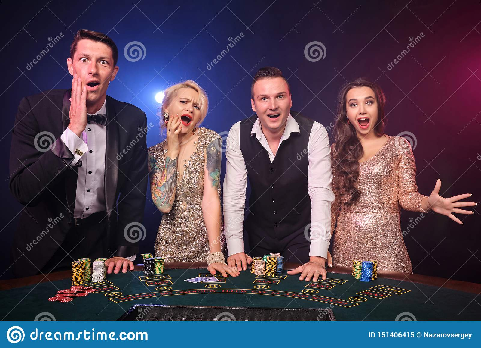 Grupa eleganccy bogaci przyjaciele bawić się grzebaka przy kasynem
