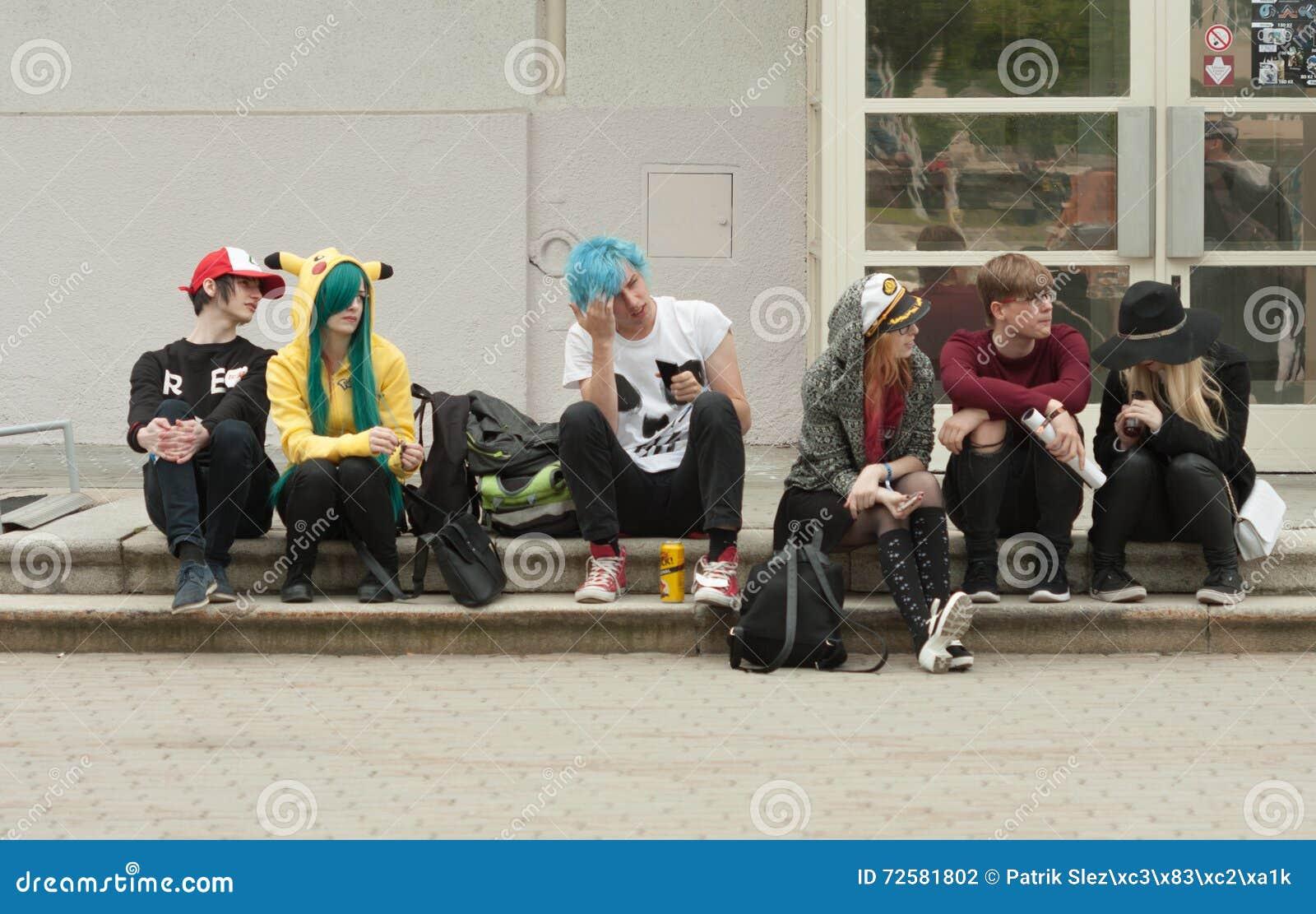 Grupa goście siedzi na schodkach przy Animefest