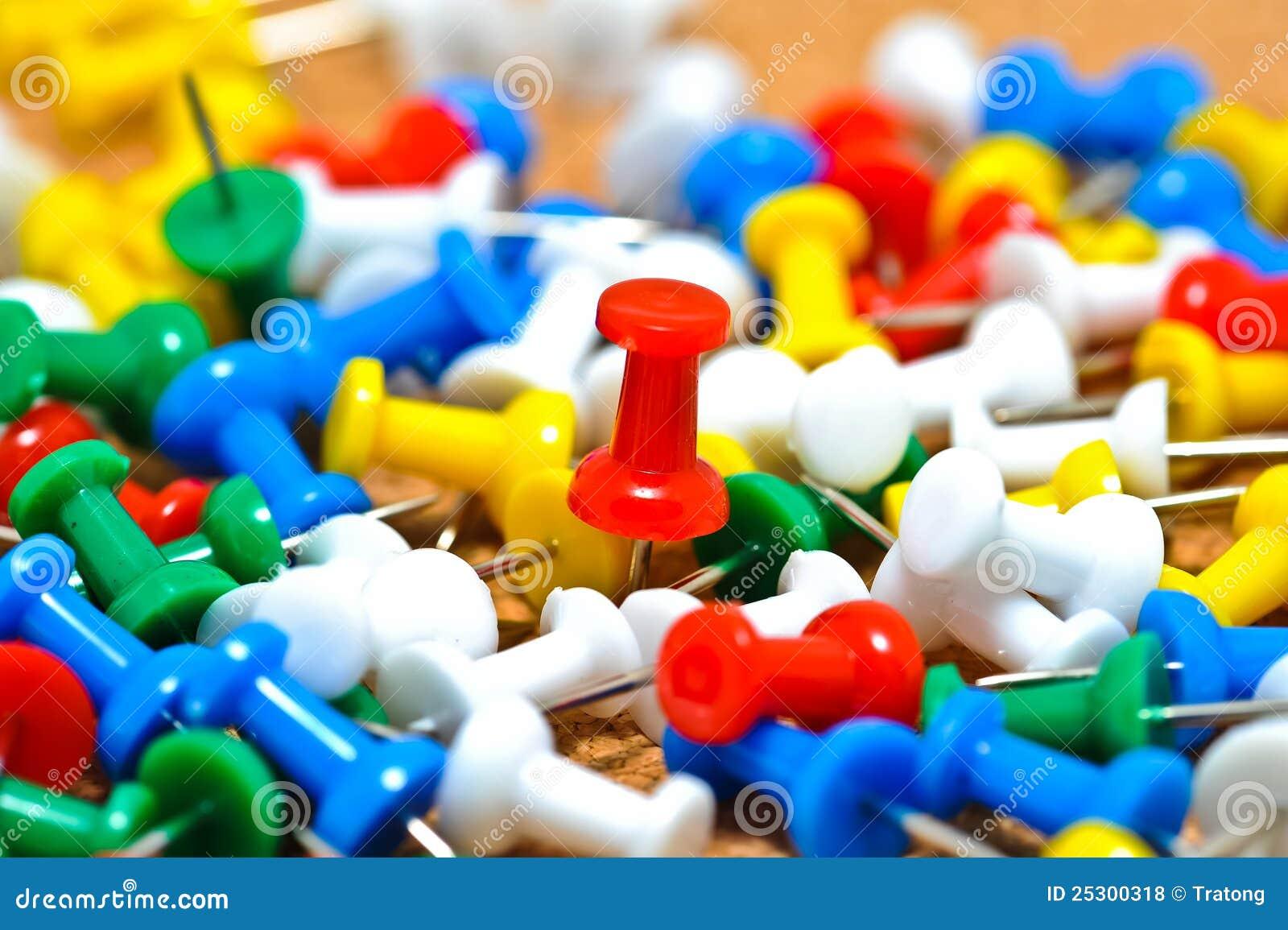 Grupa kolorowe pchnięcie szpilki na korkowej tablicie informacyjnej