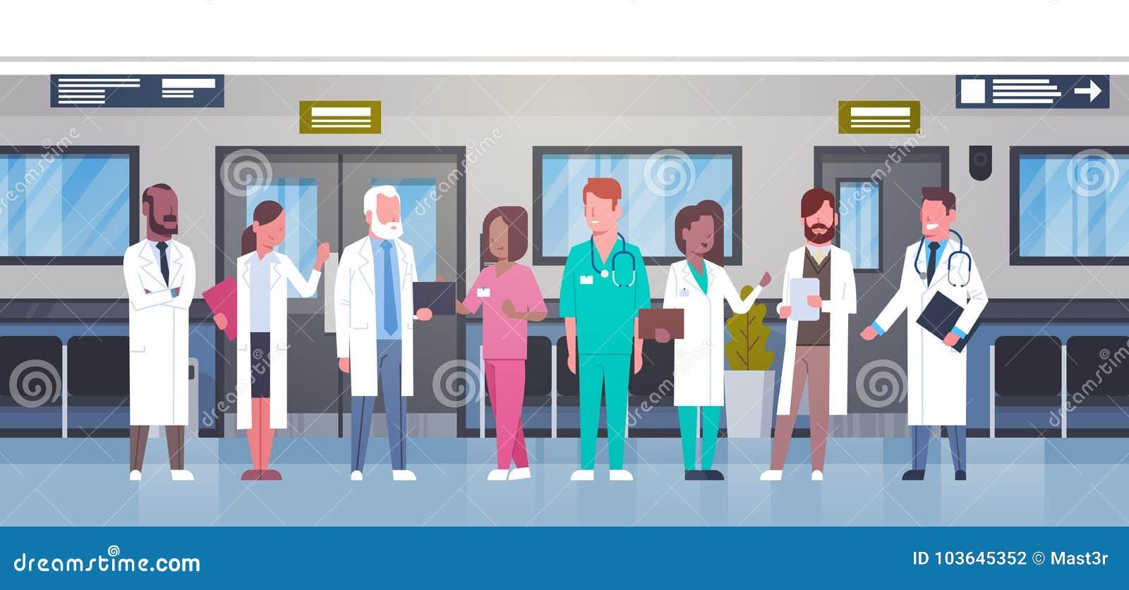 Grupa lekarki W Szpitalnym korytarzu Różnorodny Medyczny Workes W Nowożytnej klinice