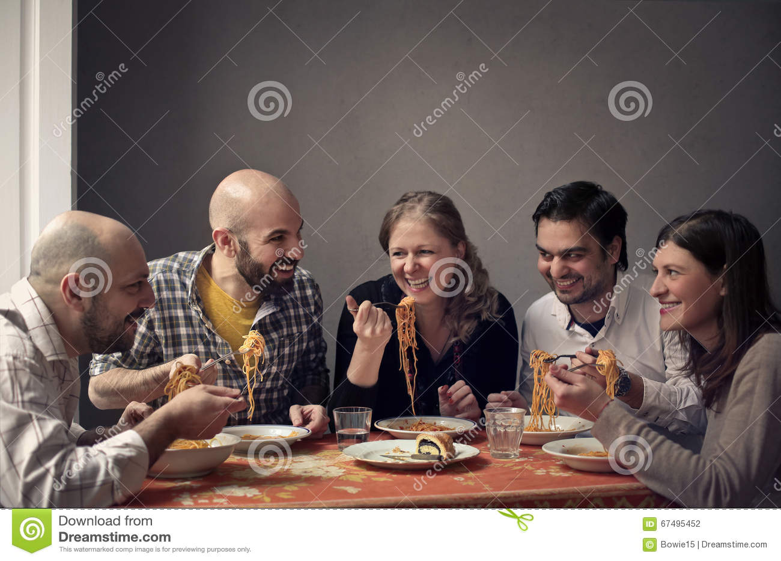 Grupa ludzi ma rodzinnego lunch