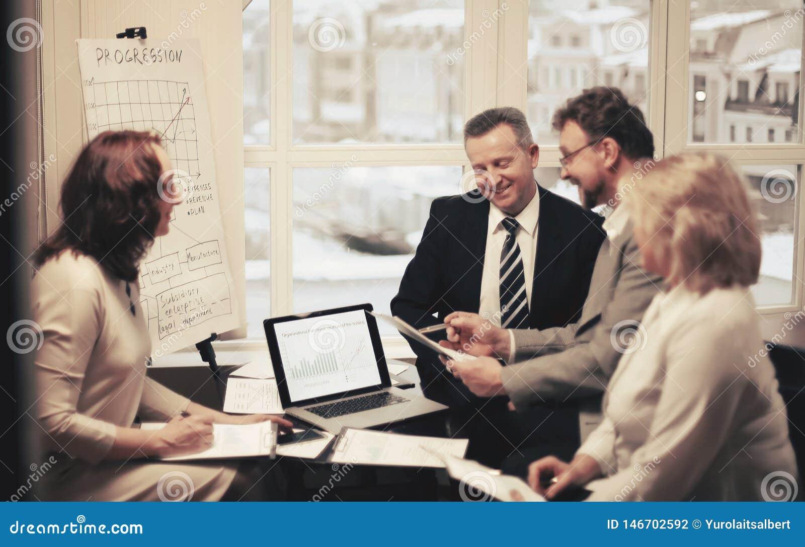 Grupa ludzie biznesu dyskutuje znacz?co dokument