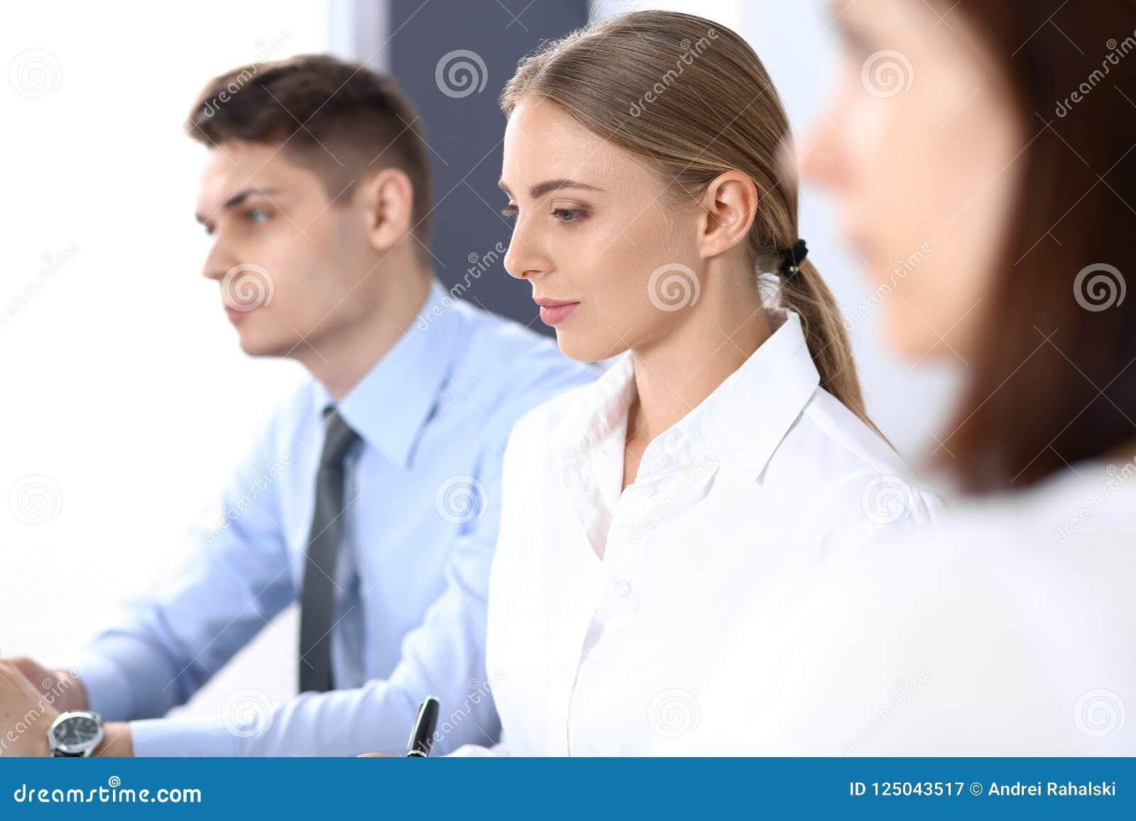 Grupa ludzie biznesu lub prawnicy dyskutuje terminy transakcja w biurze Spotkania i pracy zespołowej pojęcie