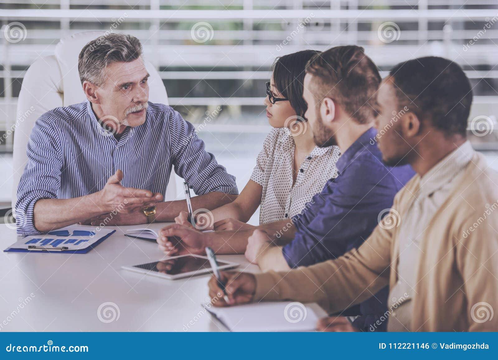 Grupa ludzie biznesu ma spotkania w biurze