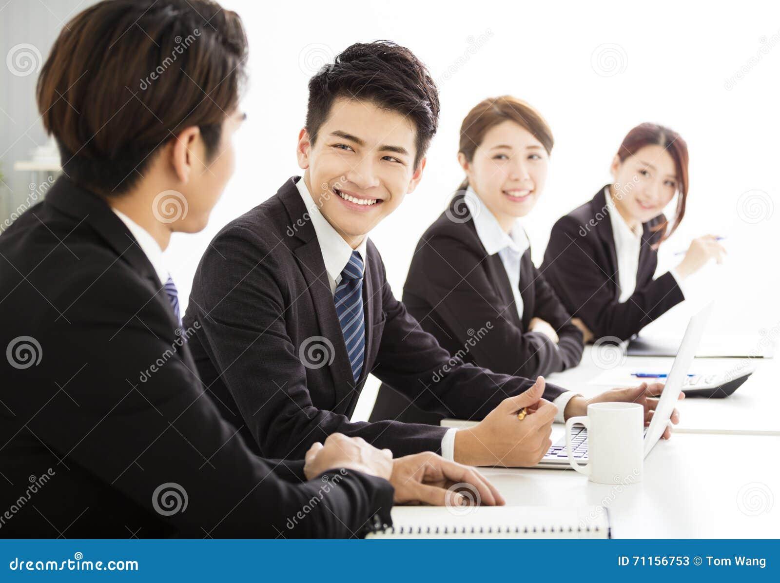 Grupa ludzie biznesu ma spotykać wpólnie