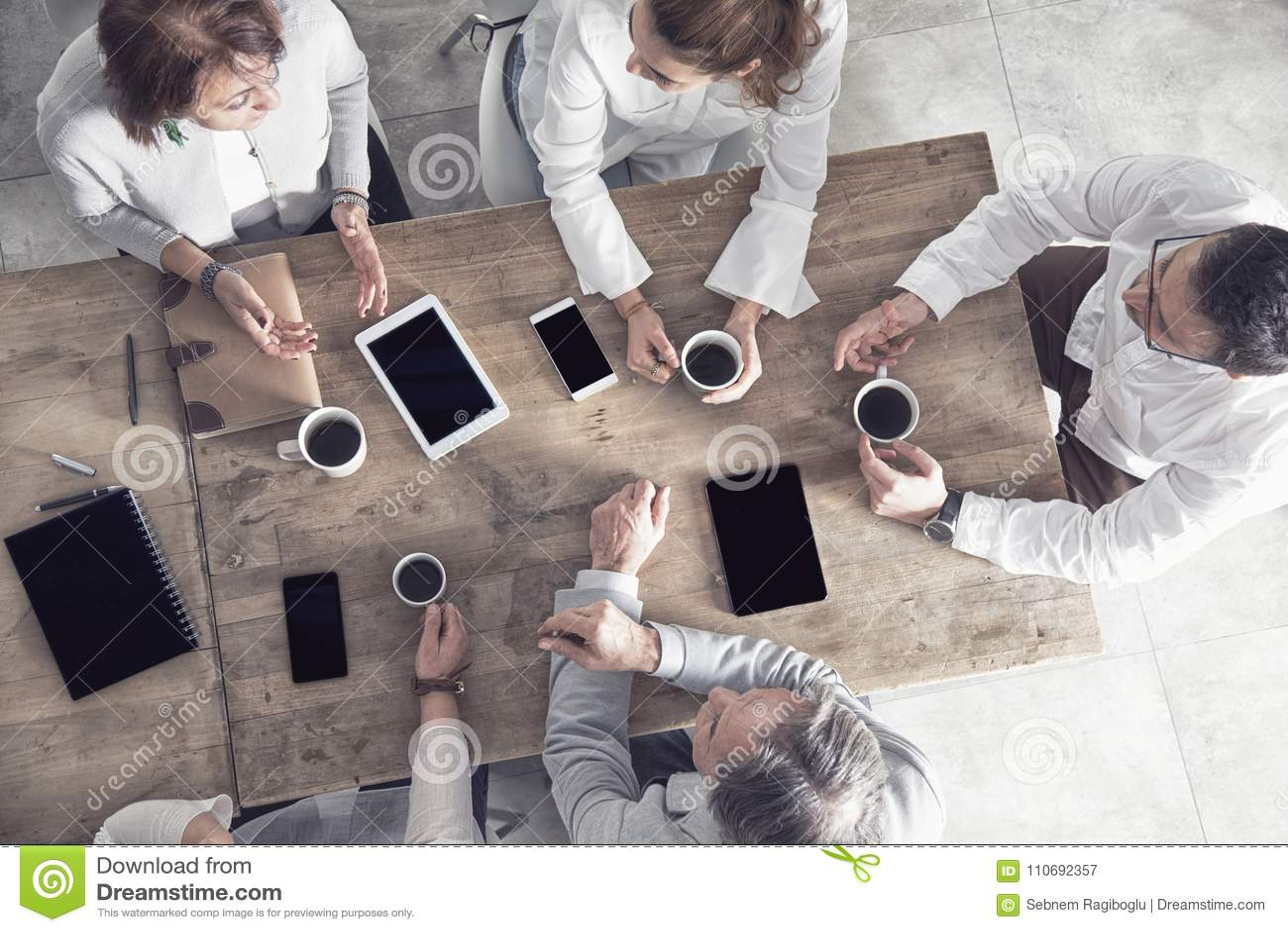 Grupa ludzie biznesu pracuje w biurze
