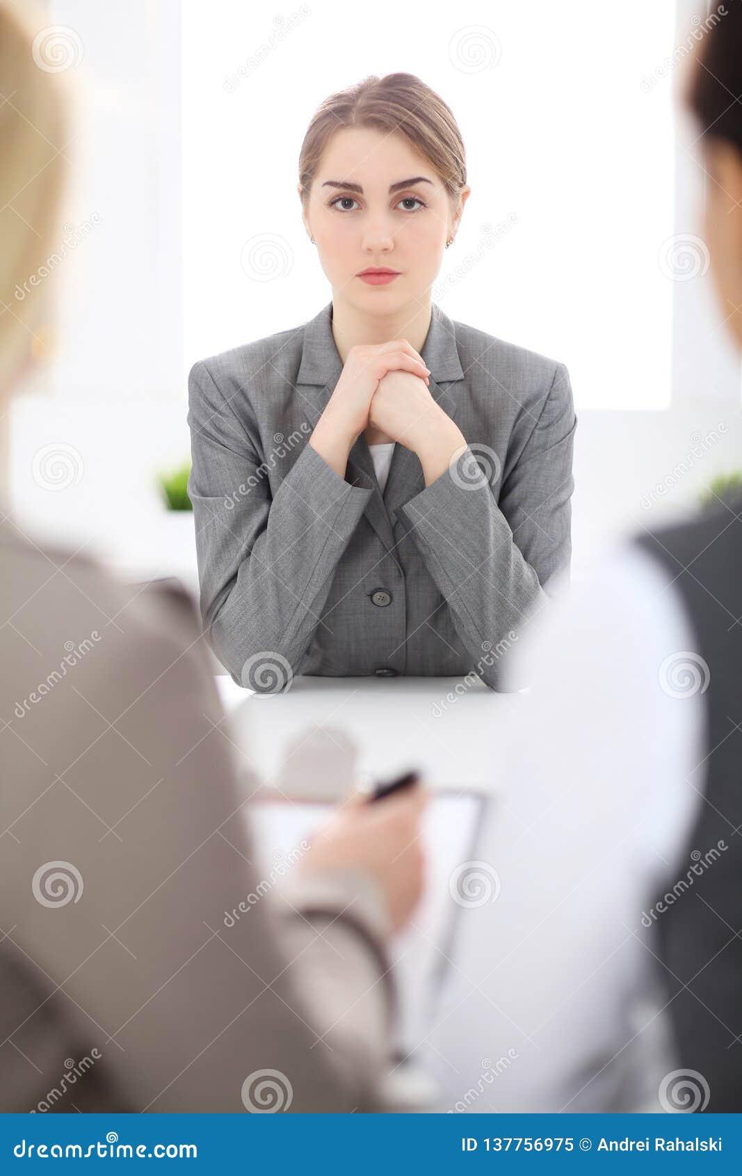 Grupa ludzie biznesu Pracuje Wpólnie W biurze Ostrość przy młodą kobietą
