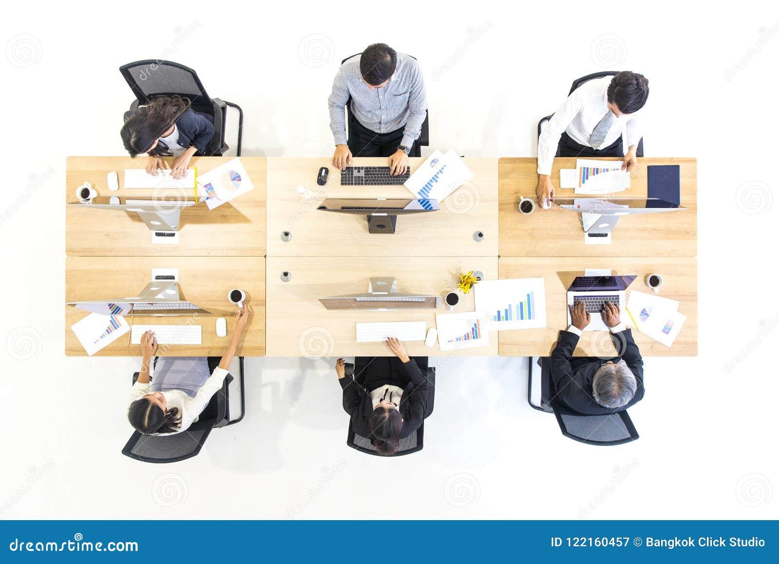 Grupa ludzie biznesu pracuje wpólnie w nowożytnym biurze, m Tak