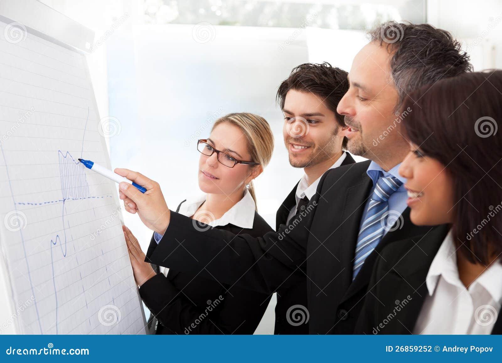 Grupa ludzie biznesu przy prezentacją