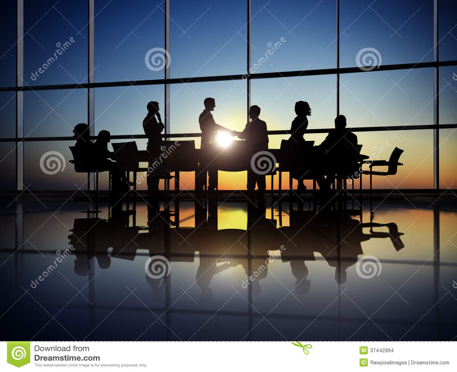 Grupa ludzie biznesu Robi zgodzie w biurze