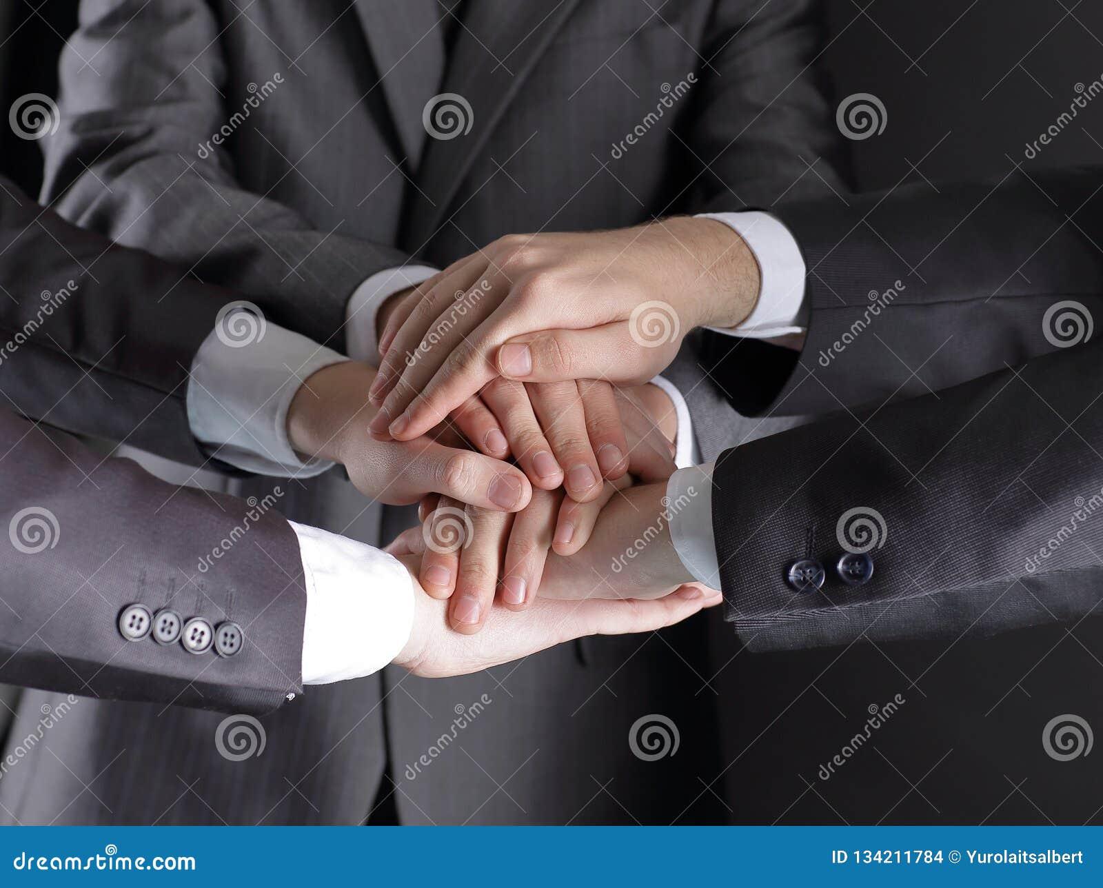 Grupa ludzie biznesu składał ich ręki wpólnie