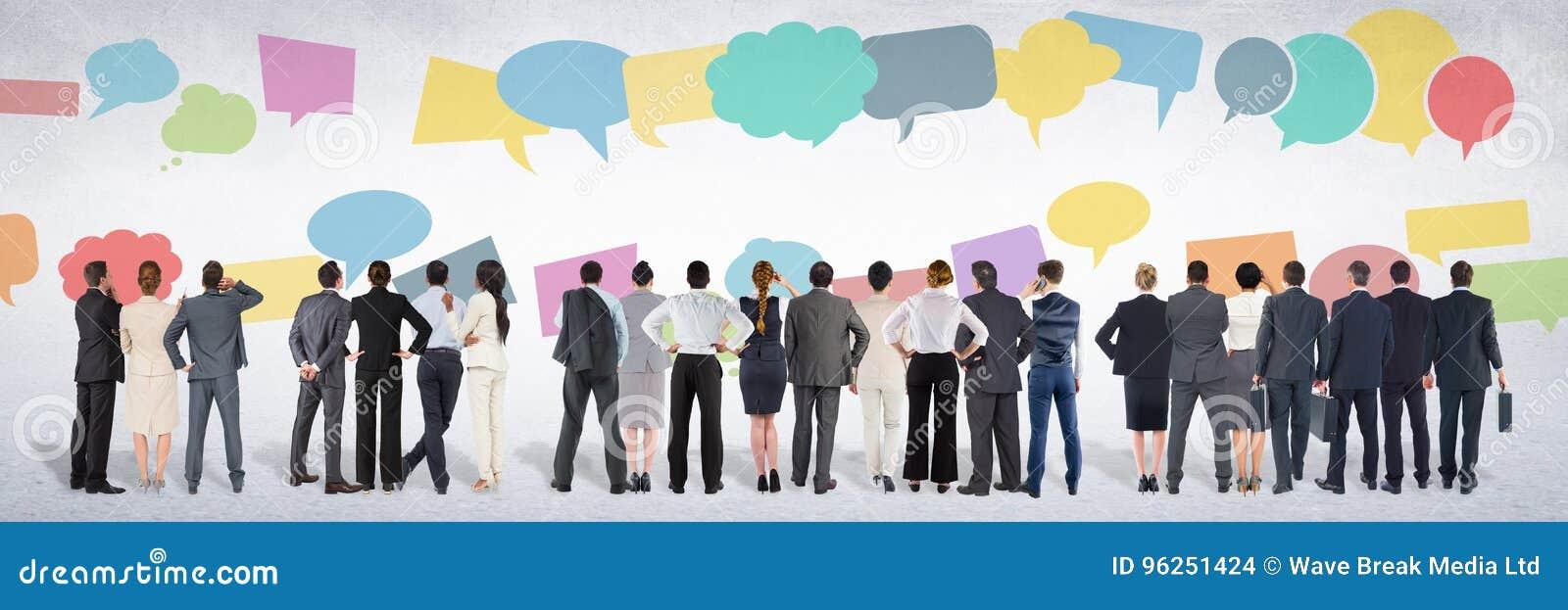 Grupa ludzie biznesu stoi przed kolorową gadką gulgocze