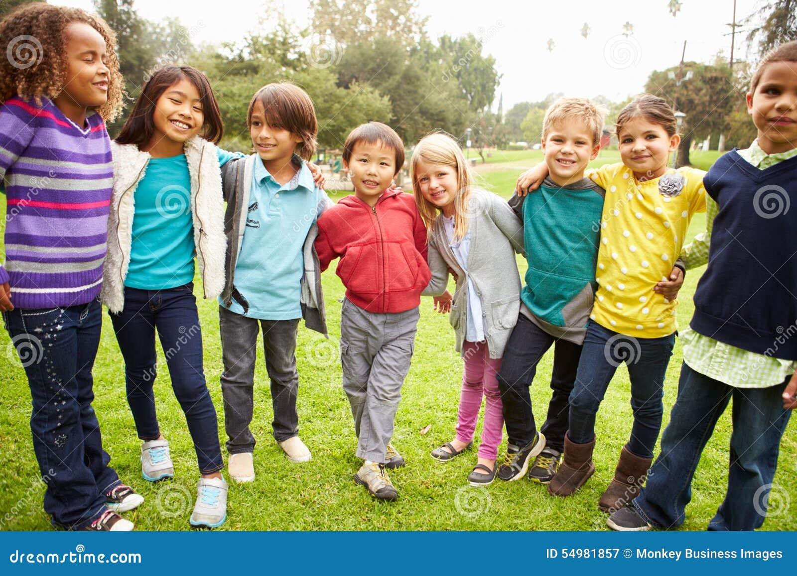 Grupa młode dzieci Wiszący W parku Out