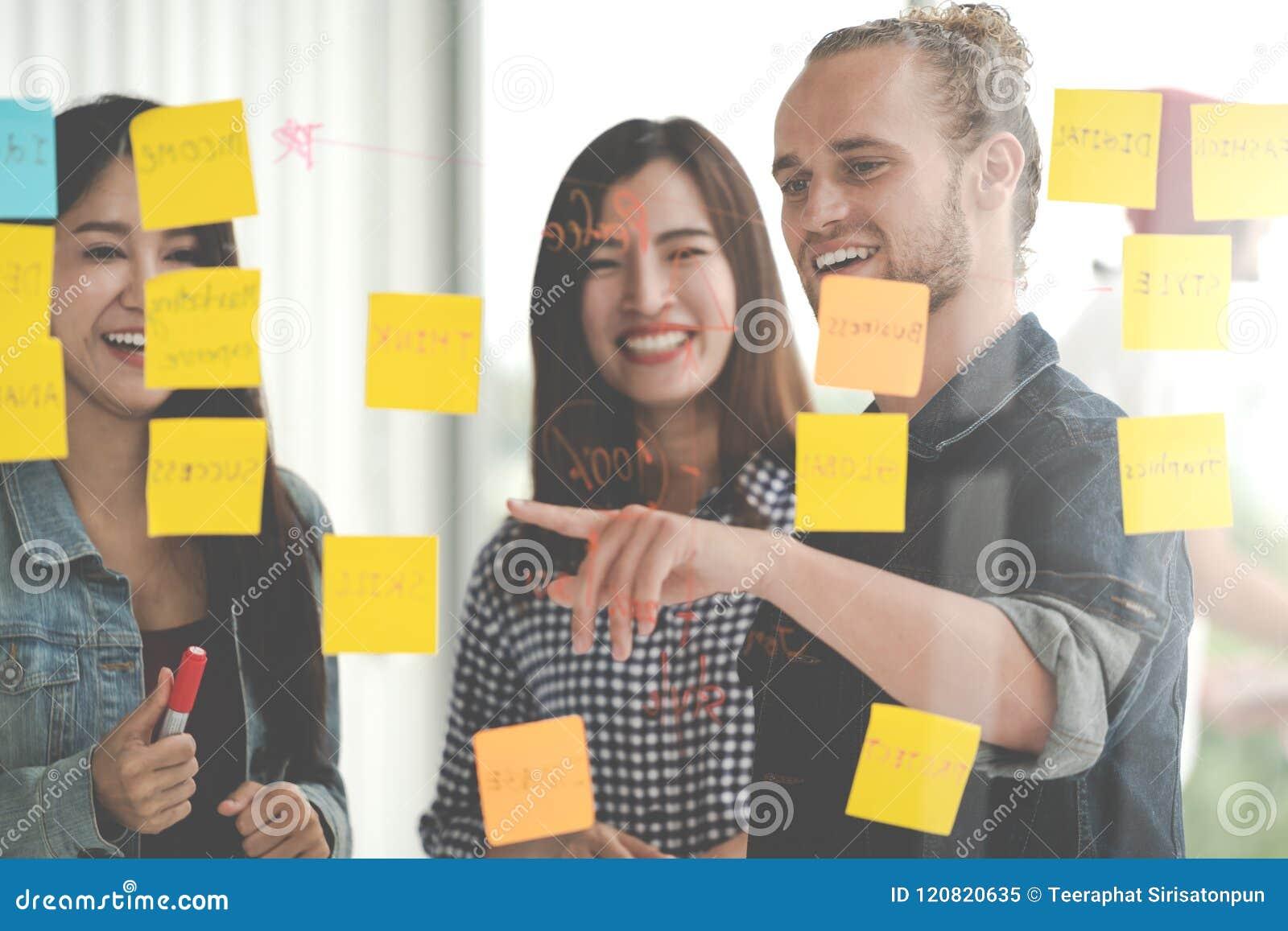 Grupa młody pomyślny kreatywnie wieloetniczny drużynowy uśmiech i brainstorm na projekcie wpólnie w nowożytnym biurze z poczta no