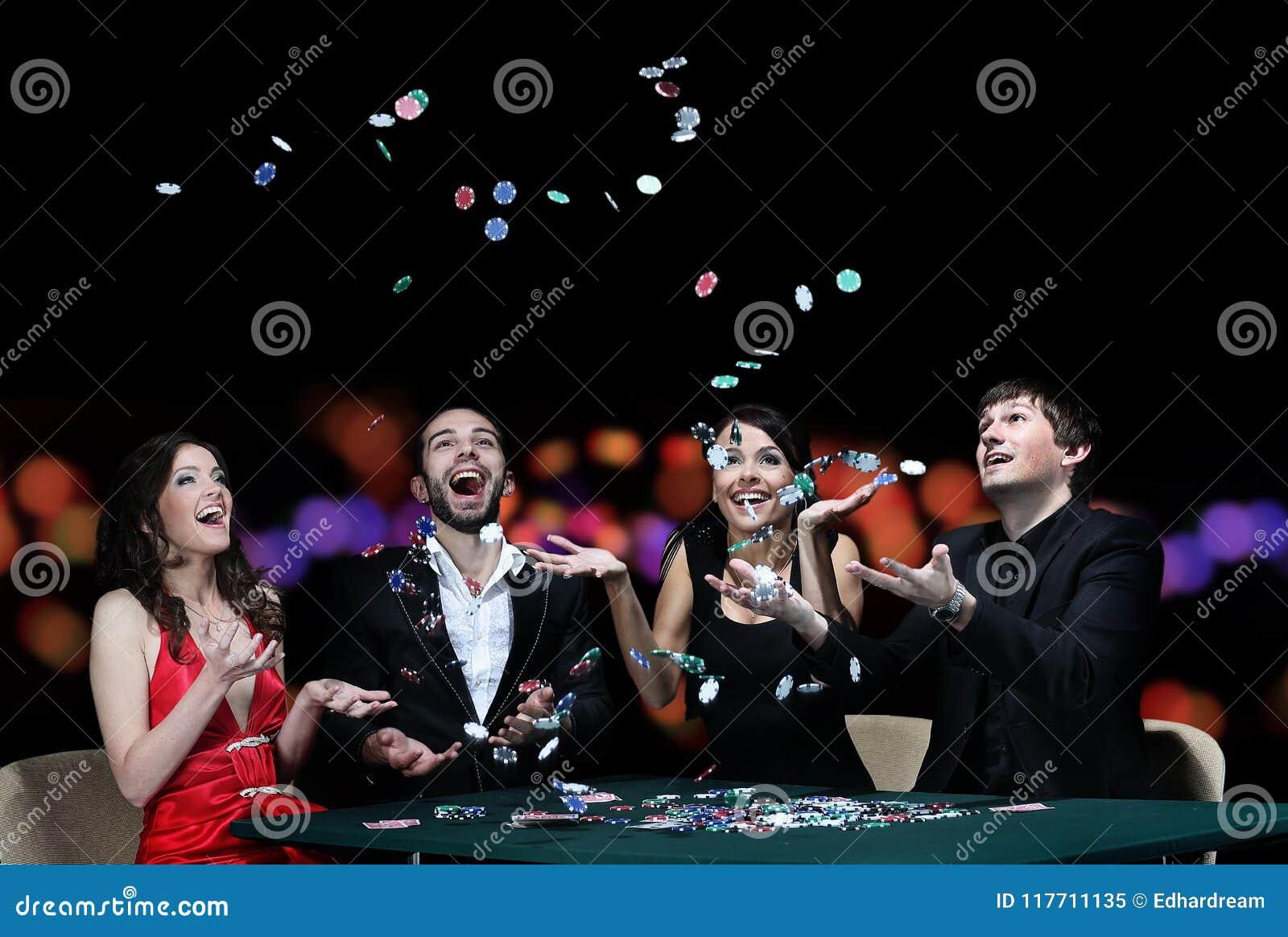 Grupa młodzi ludzie bawić się grzebaka przy uprawia hazard domem