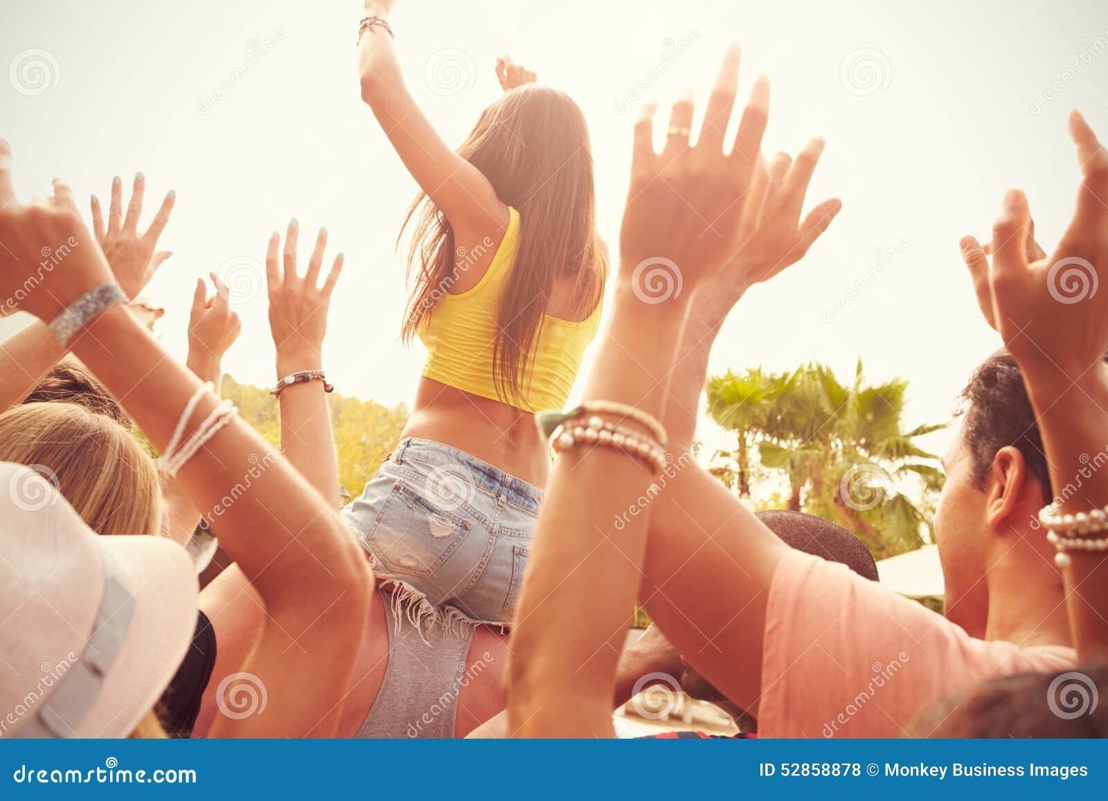 Grupa młodzi ludzie Cieszy się Plenerowego festiwal muzyki