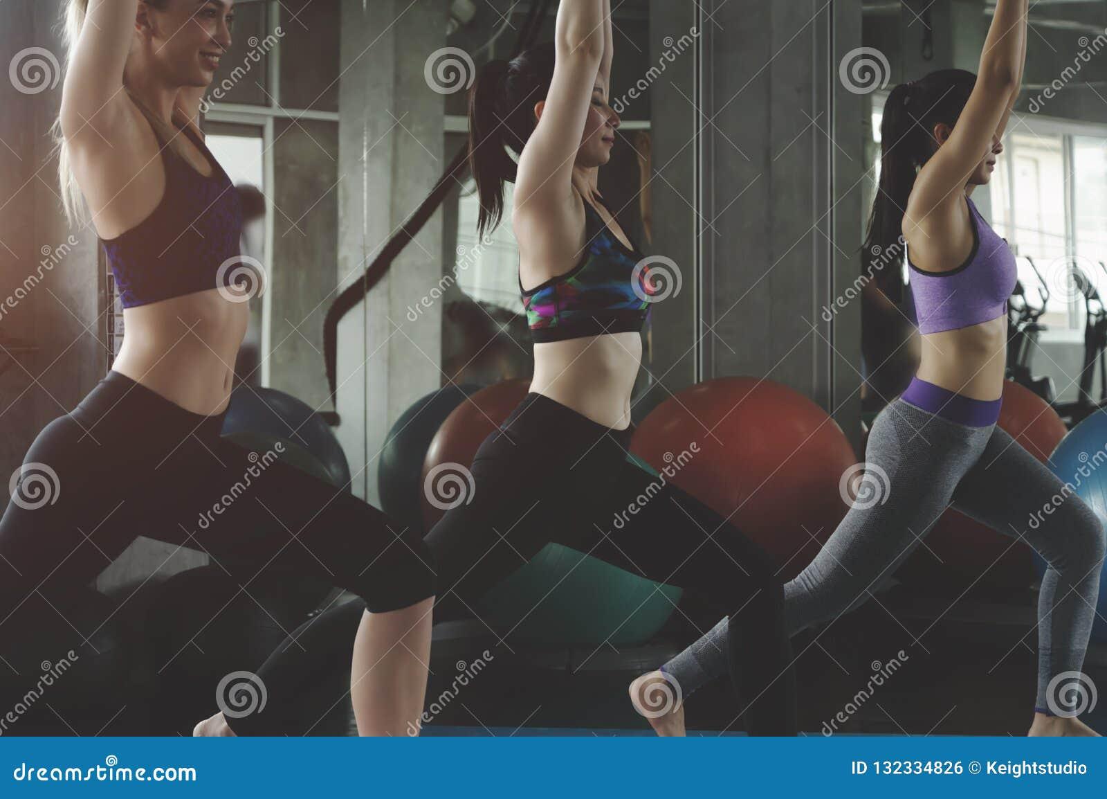 Grupa młodzi sporty atrakcyjni ludzie ćwiczy joga lekcję