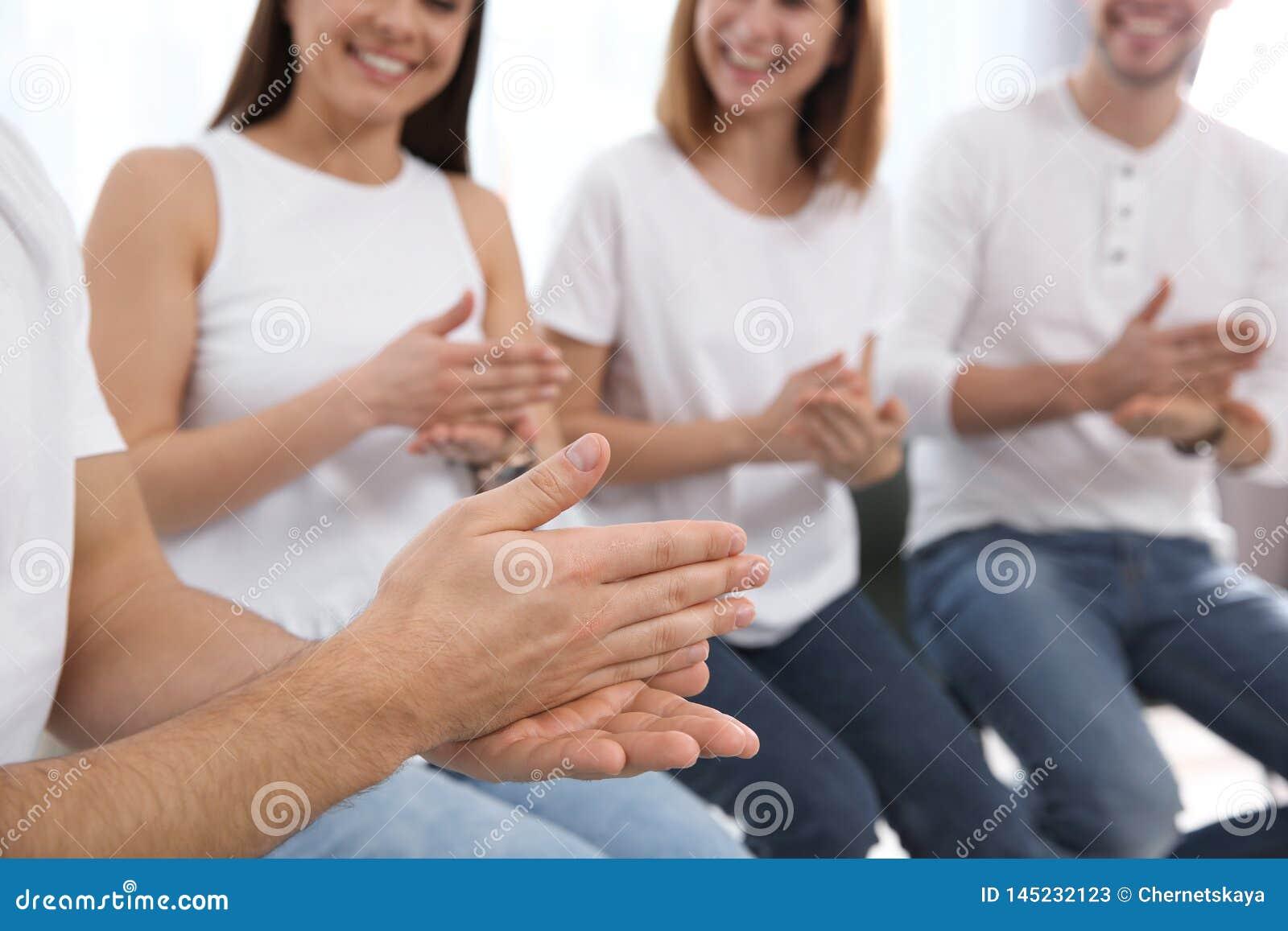 Grupa m?odzi ludzie uczy si? szyldowego j?zyka z nauczycielem indoors