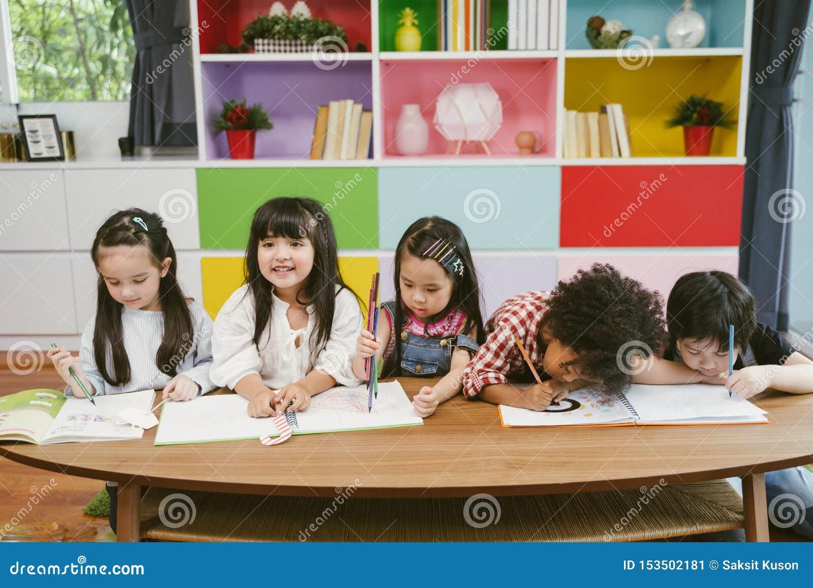 Grupa mały preschool żartuje rysunkowego papier z kolorów ołówkami portret dziecko przyjaciół edukacji pojęcie