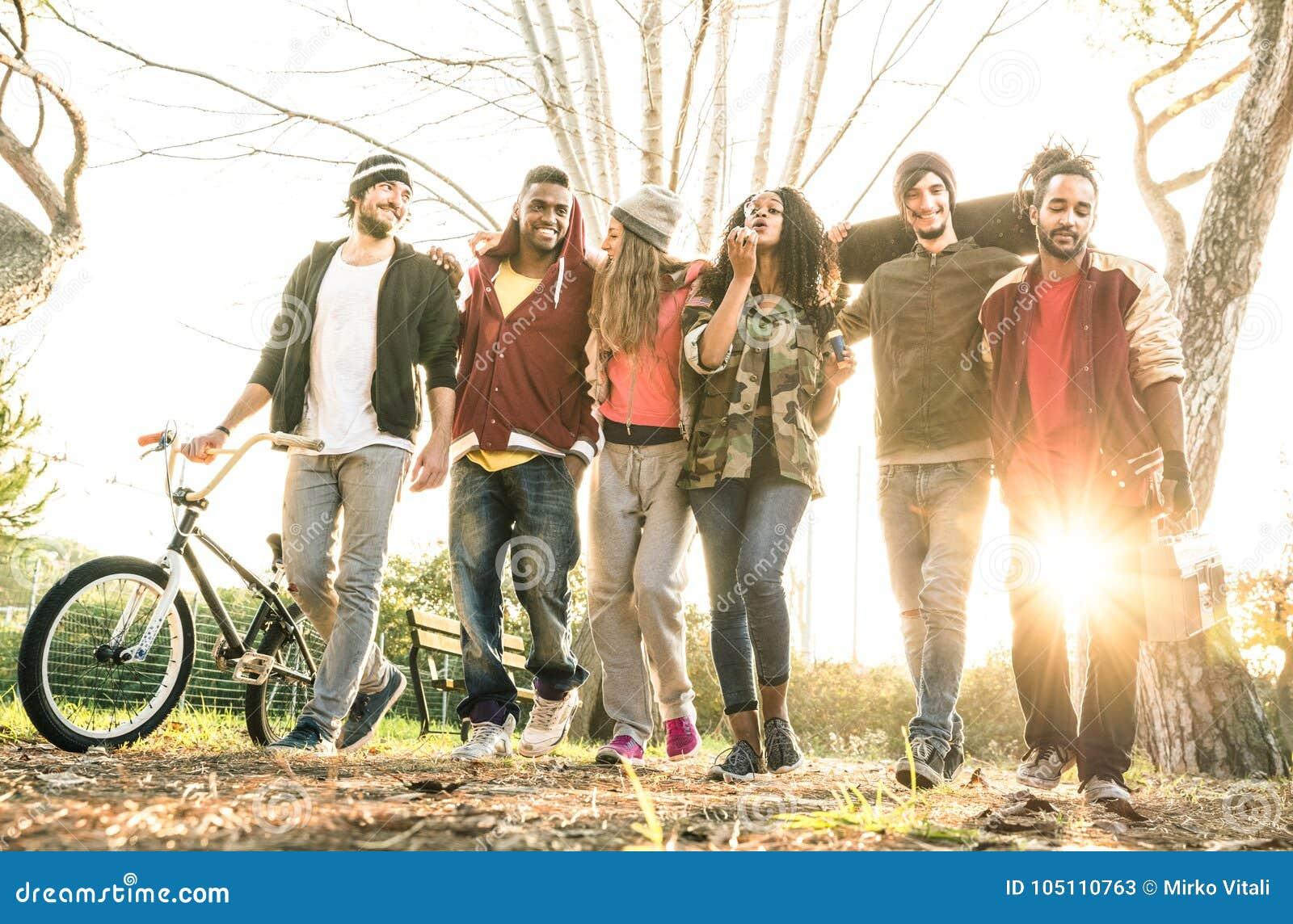 Grupa miastowy przyjaciela gangu odprowadzenie w miasto łyżwy parku