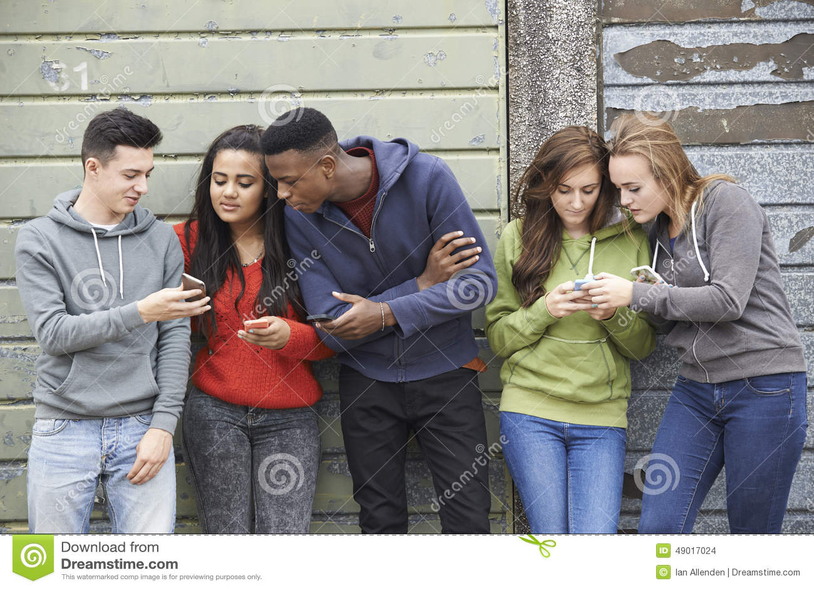 Grupa nastolatkowie Dzieli wiadomość tekstową Na telefonach komórkowych