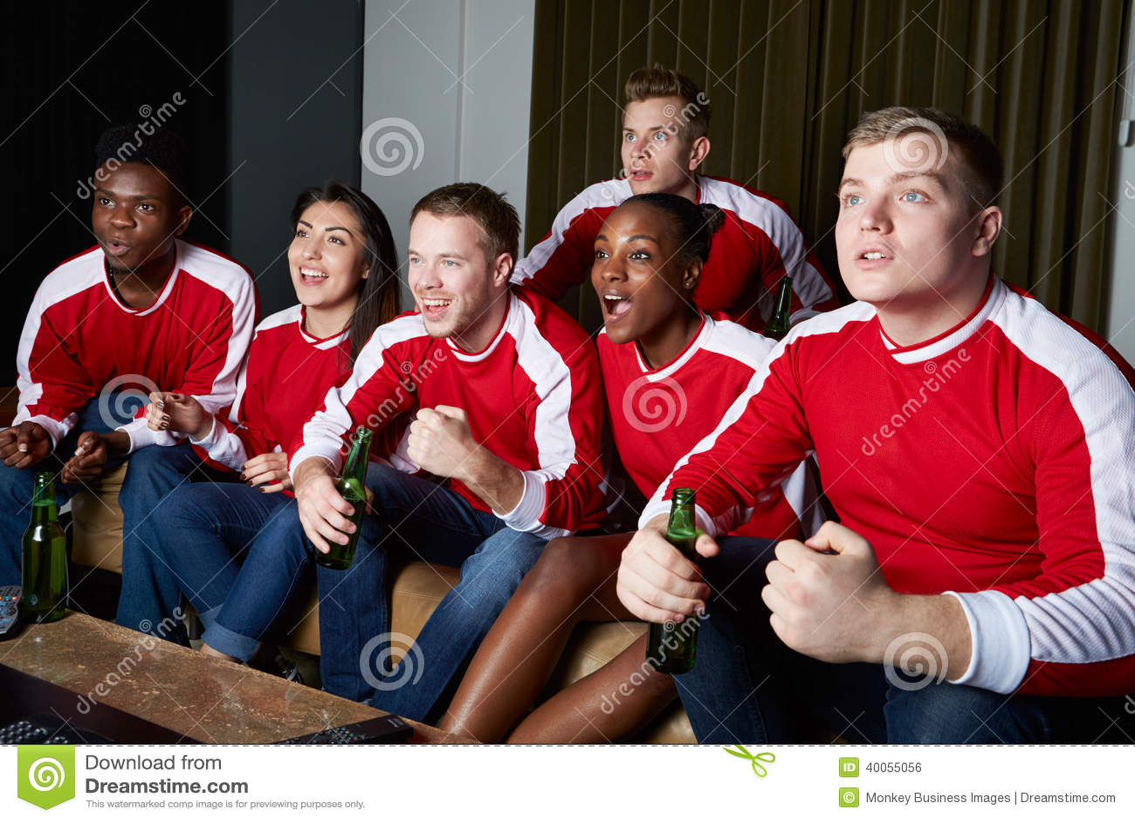 Grupa Ogląda grę Na TV W Domu sportów fan
