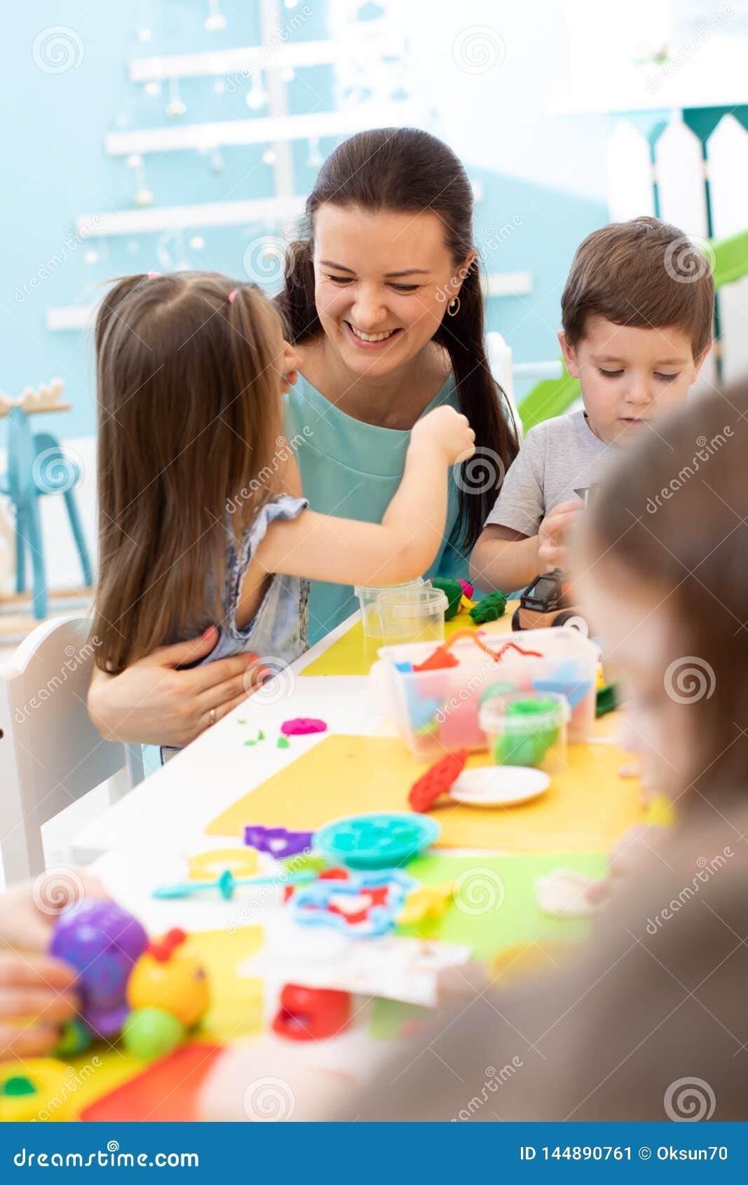 Grupa preschool dzieciaki angażujący wewnątrz handcrafts