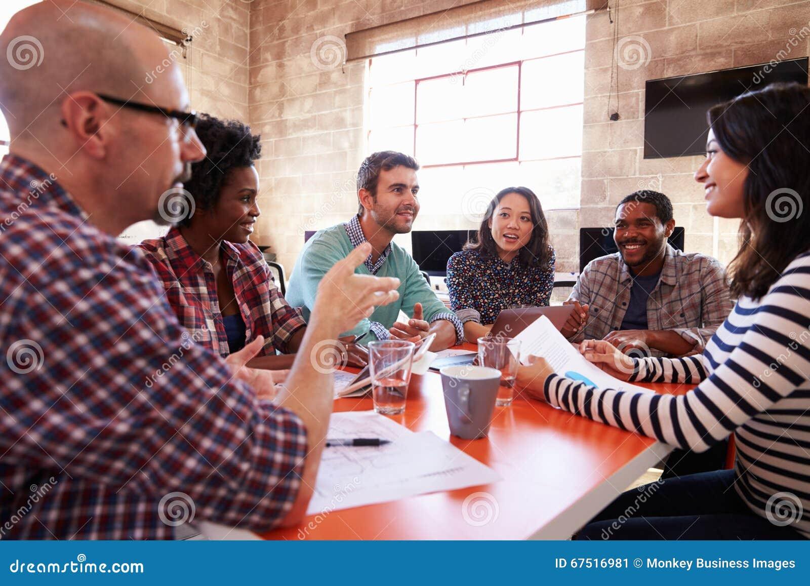 Grupa projektanci Ma spotkania Wokoło stołu W biurze