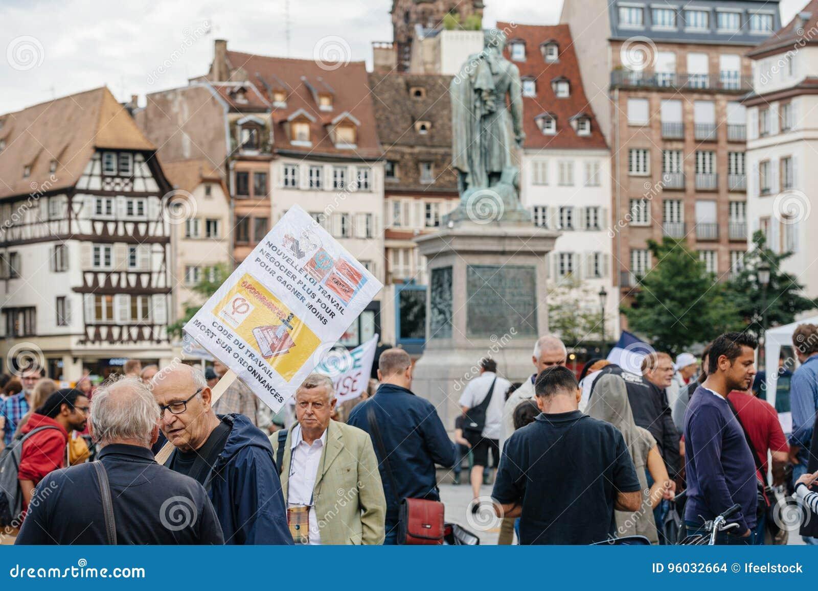 Grupa protestujący w mieście jako Melenchon dzwonił dla dnia prote