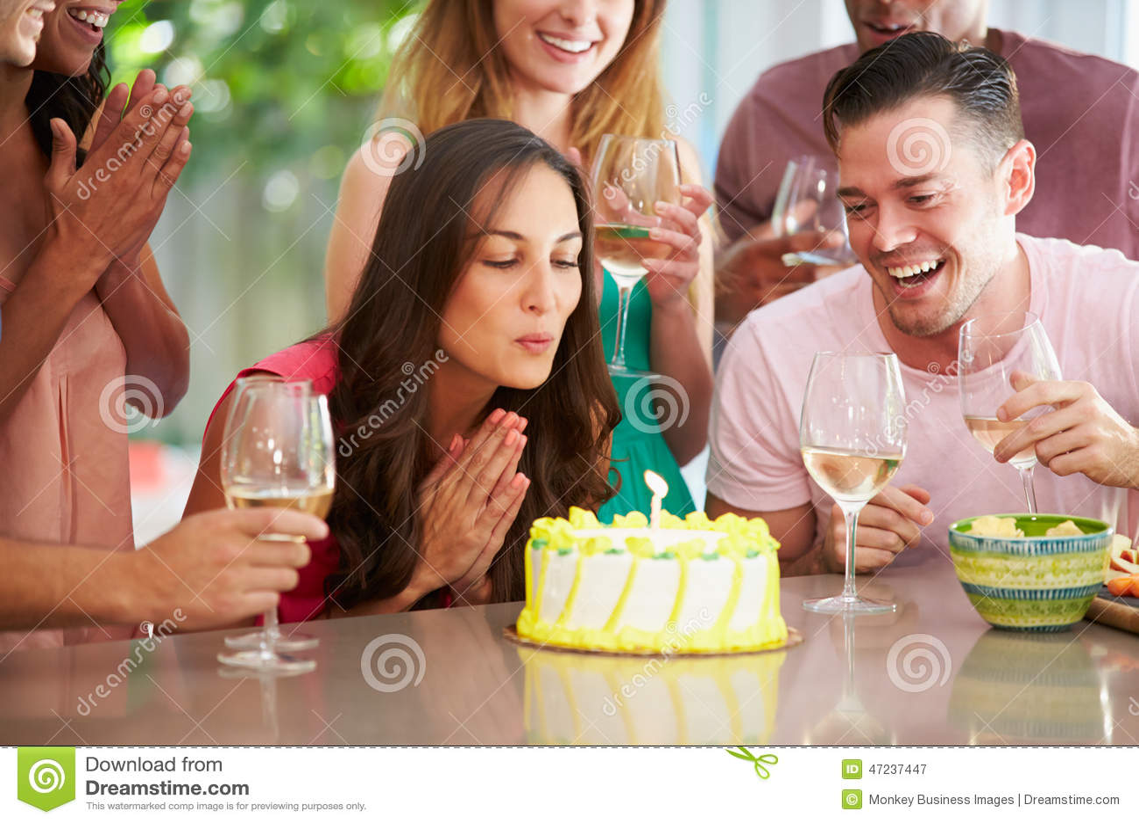 Grupa przyjaciele Świętuje urodziny W Domu