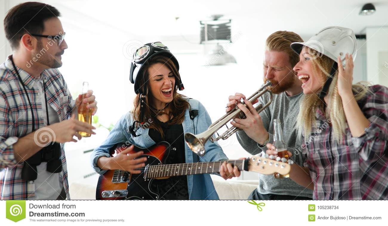 Grupa przyjaciele bawić się gitarę i bawi się w domu