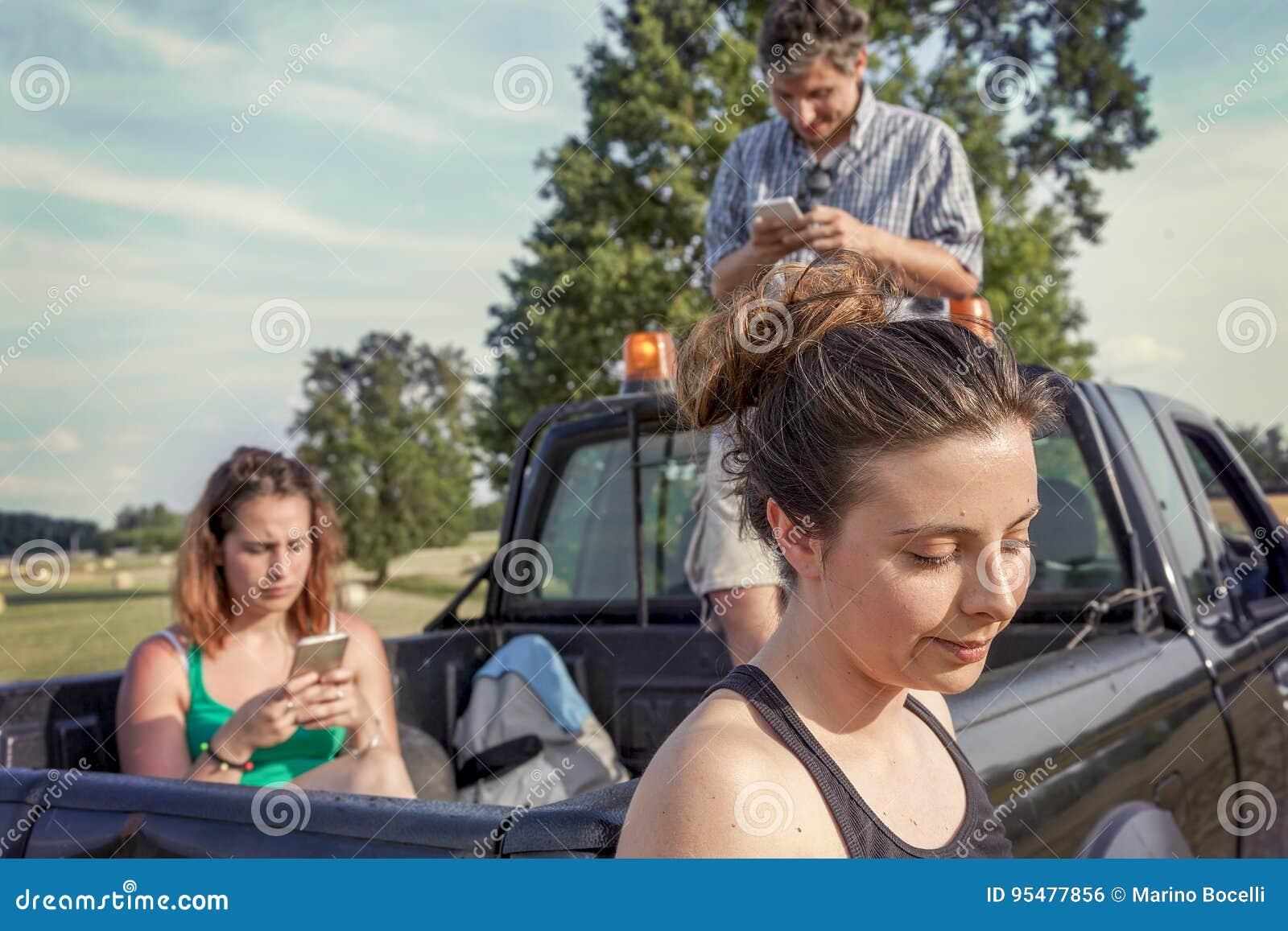 Grupa przyjaciele bawić się na mądrze telefonie