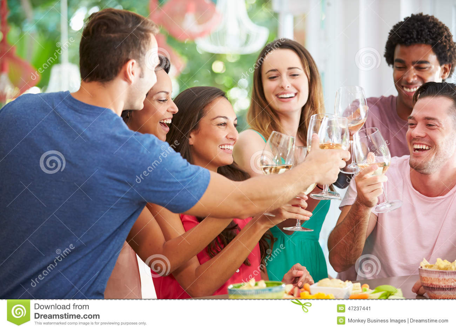 Grupa przyjaciele Cieszy się napoje Bawi się W Domu