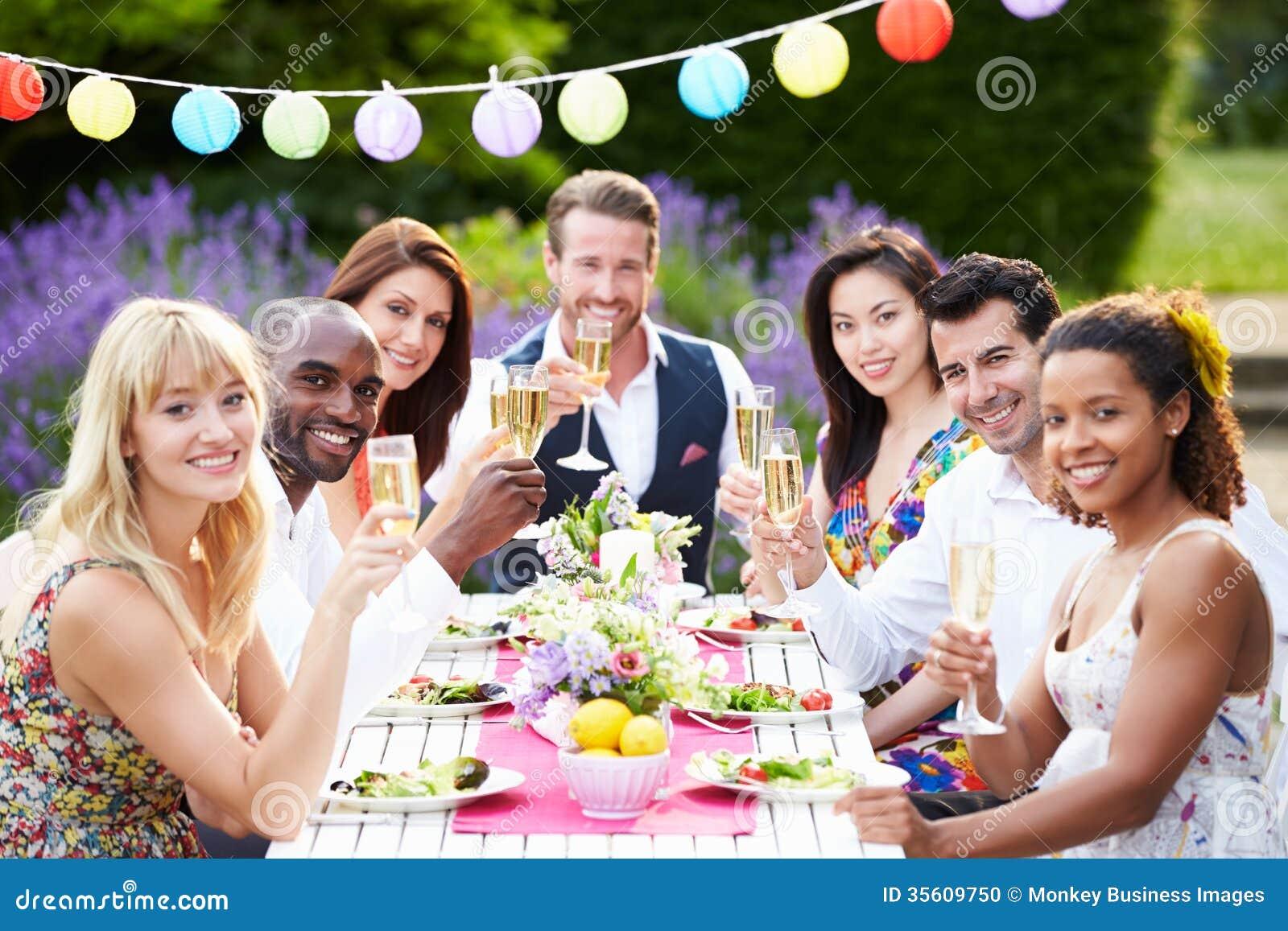 Grupa przyjaciele Cieszy się Plenerowego Obiadowego przyjęcia