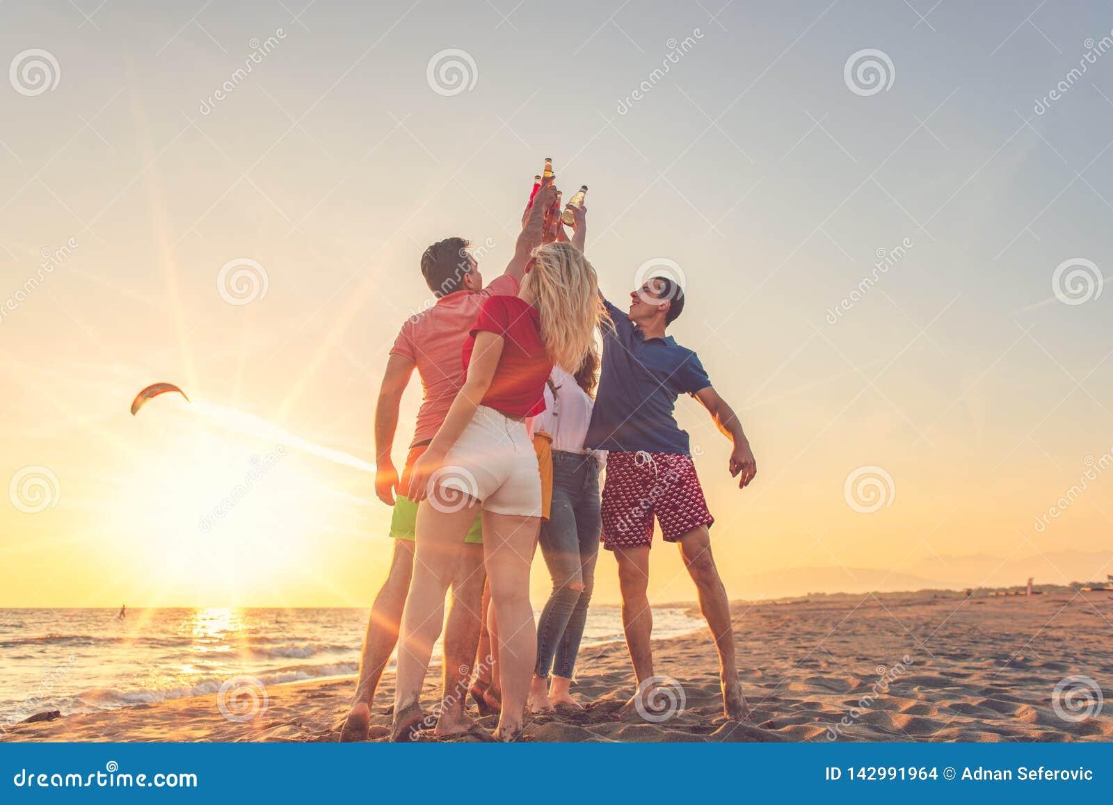 Grupa przyjaciele cieszy si? na pla?y