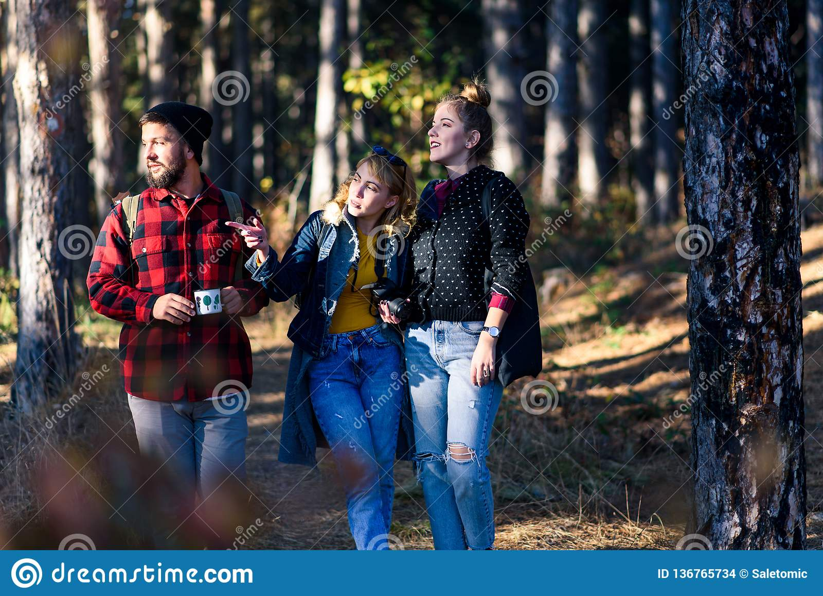 Grupa przyjaciele na wycieczkuje wycieczce