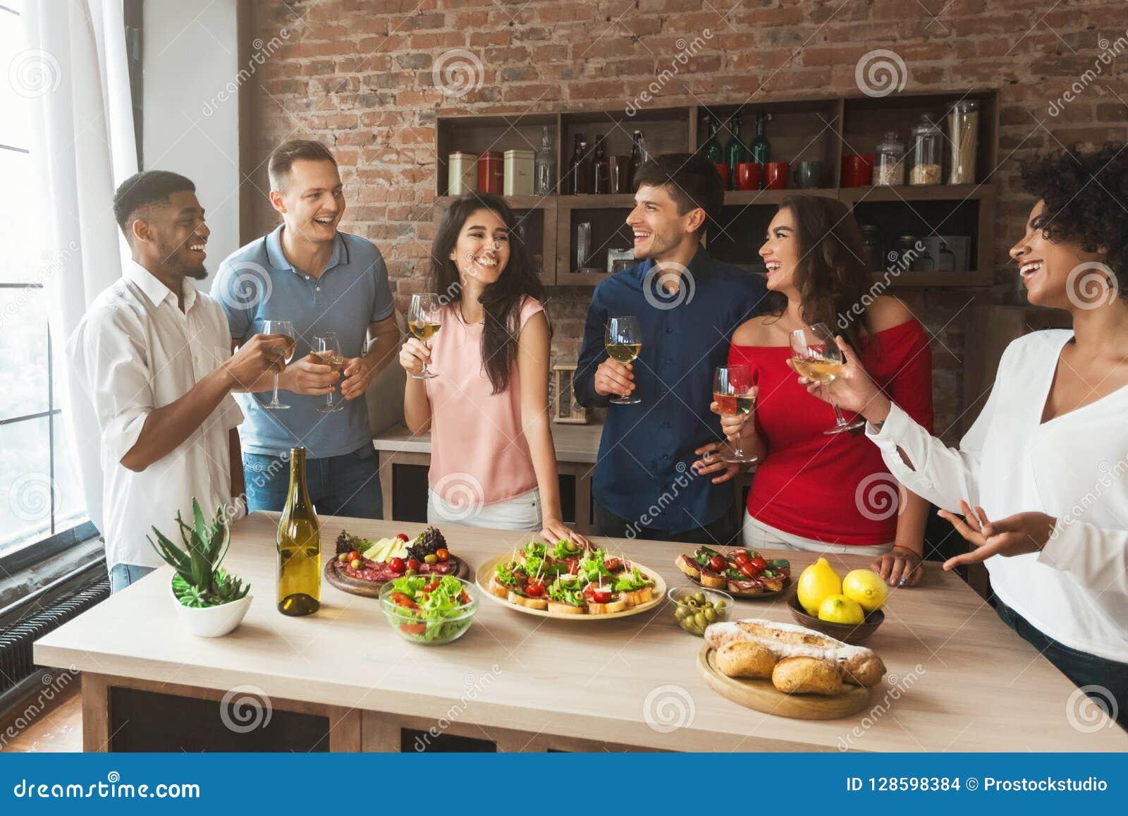 Grupa przyjaciele opowiada podczas domu przyjęcia