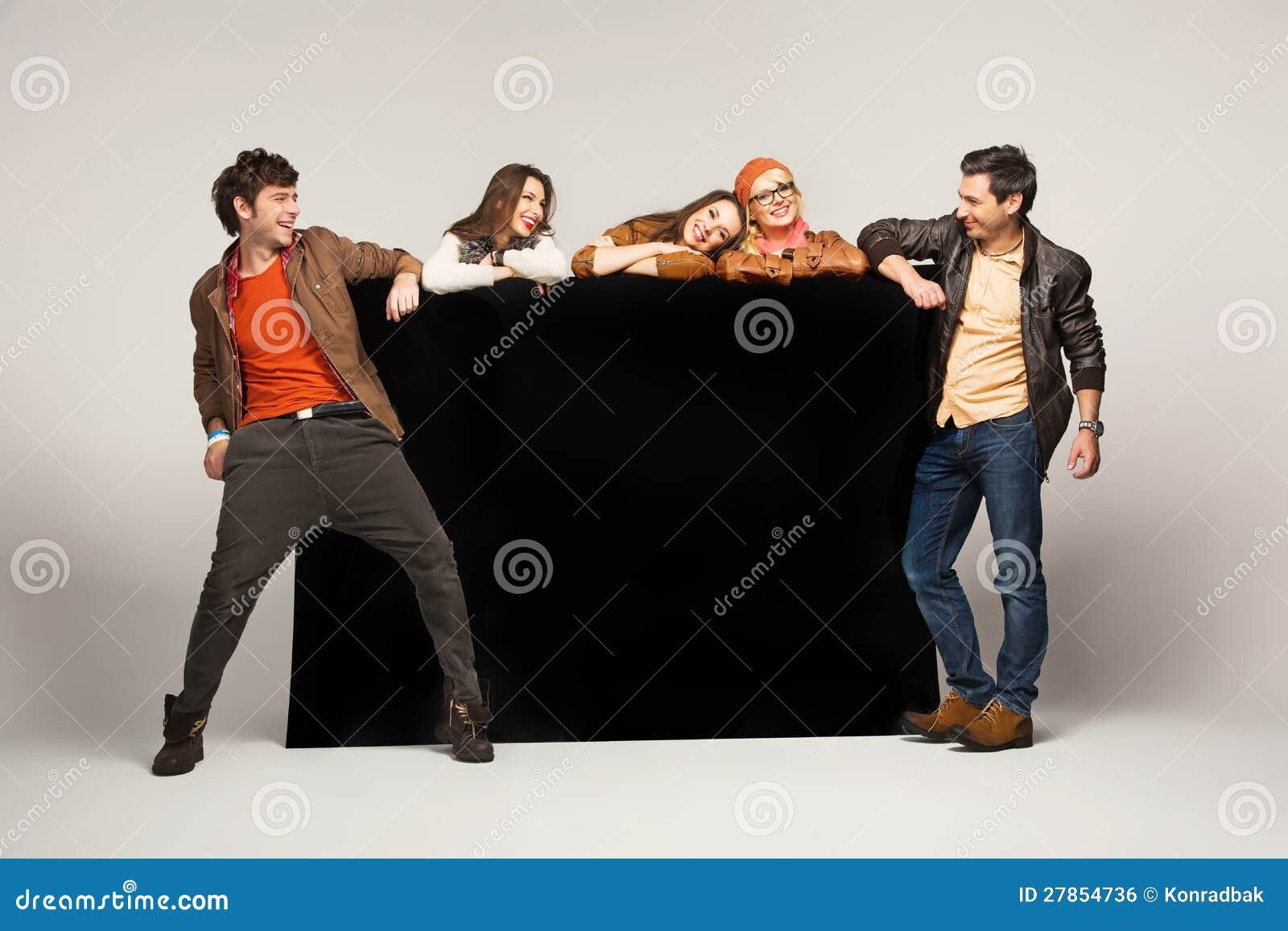 Grupa przyjaciele pokazywać pustą czerń deskę