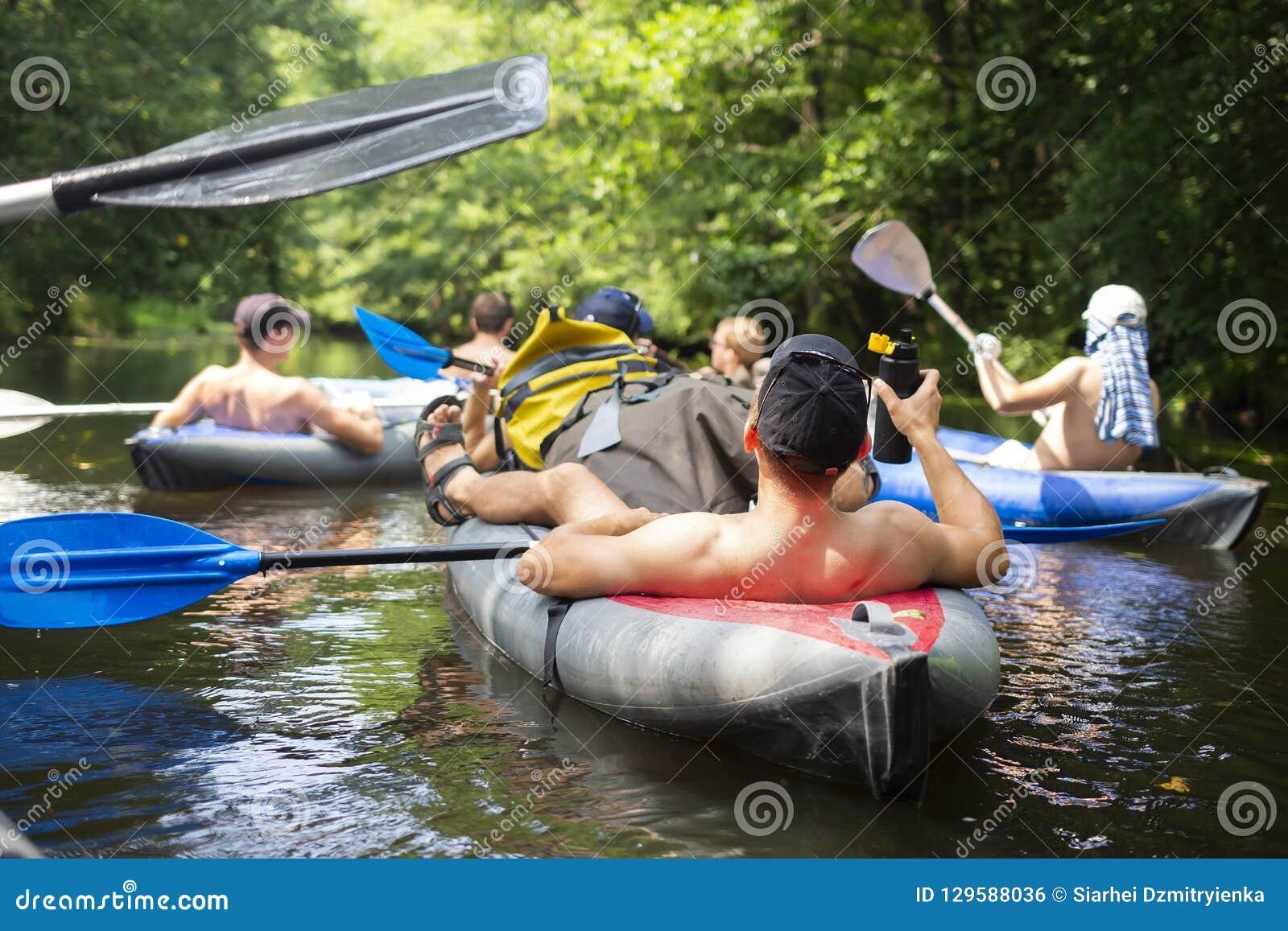 _ Grupa przyjaciele relaksuje na czółnie w dzikiej rzece Sport turystyka w dżungli rzece Czas wolny aktywność Pływanie w kajaku