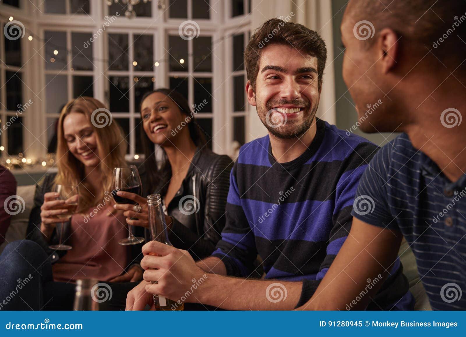 Grupa przyjaciele Z napojami Cieszy się Domowego przyjęcia Wpólnie